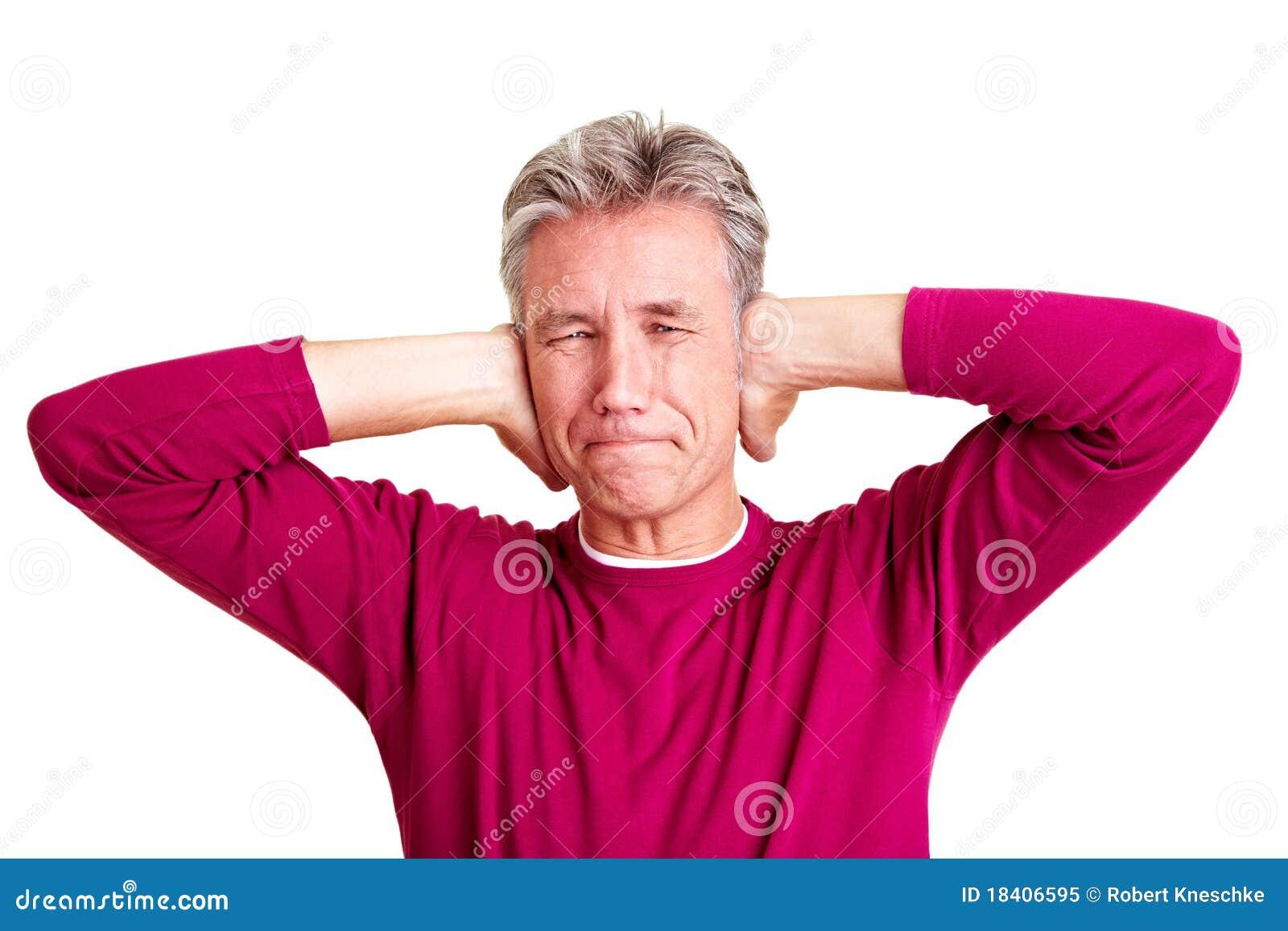 Homme aîné retenant ses oreilles