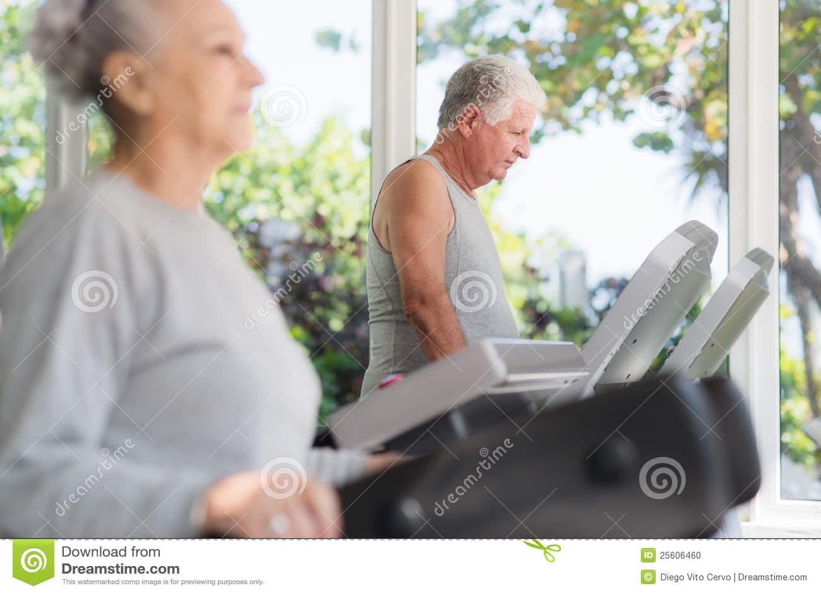 Homme aîné s exerçant dans le club de santé