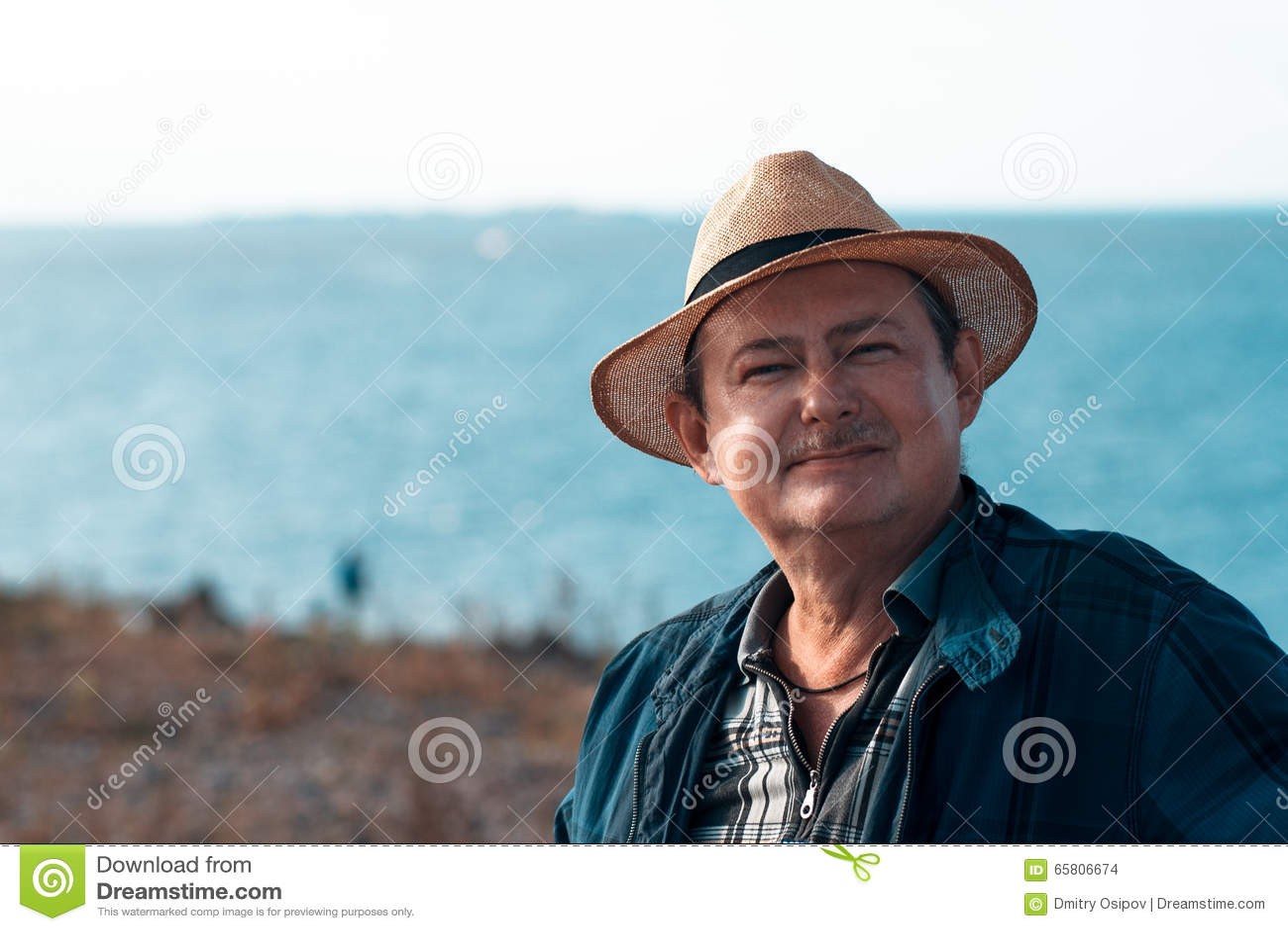 Homme adulte avec une moustache dans un chapeau de paille