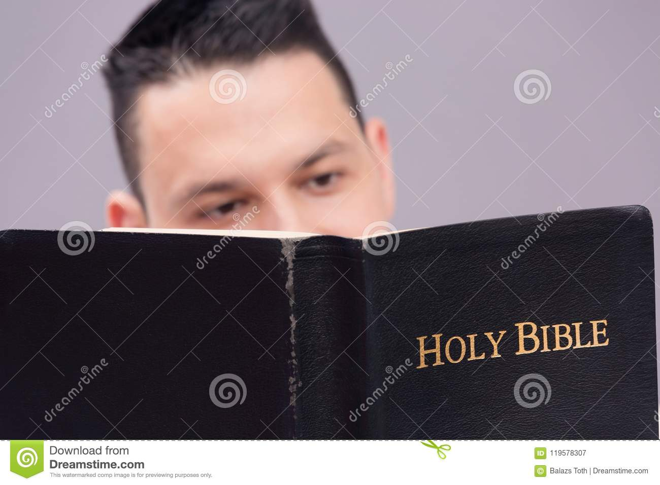 Homme affichant la bible sainte