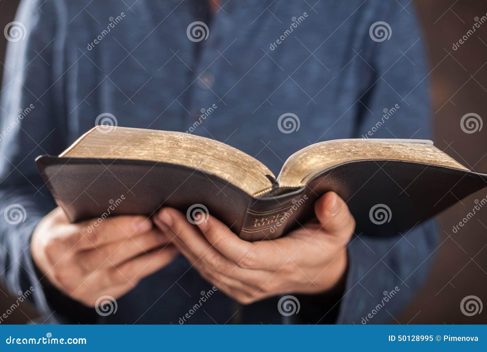 Homme affichant la bible sainte
