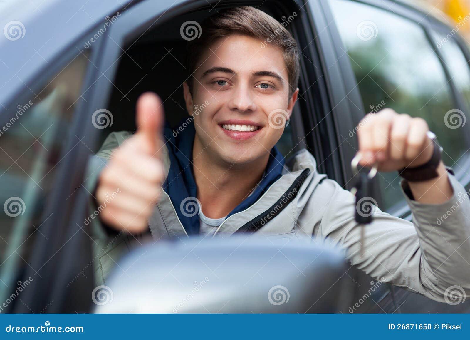 Homme affichant la clé de véhicule