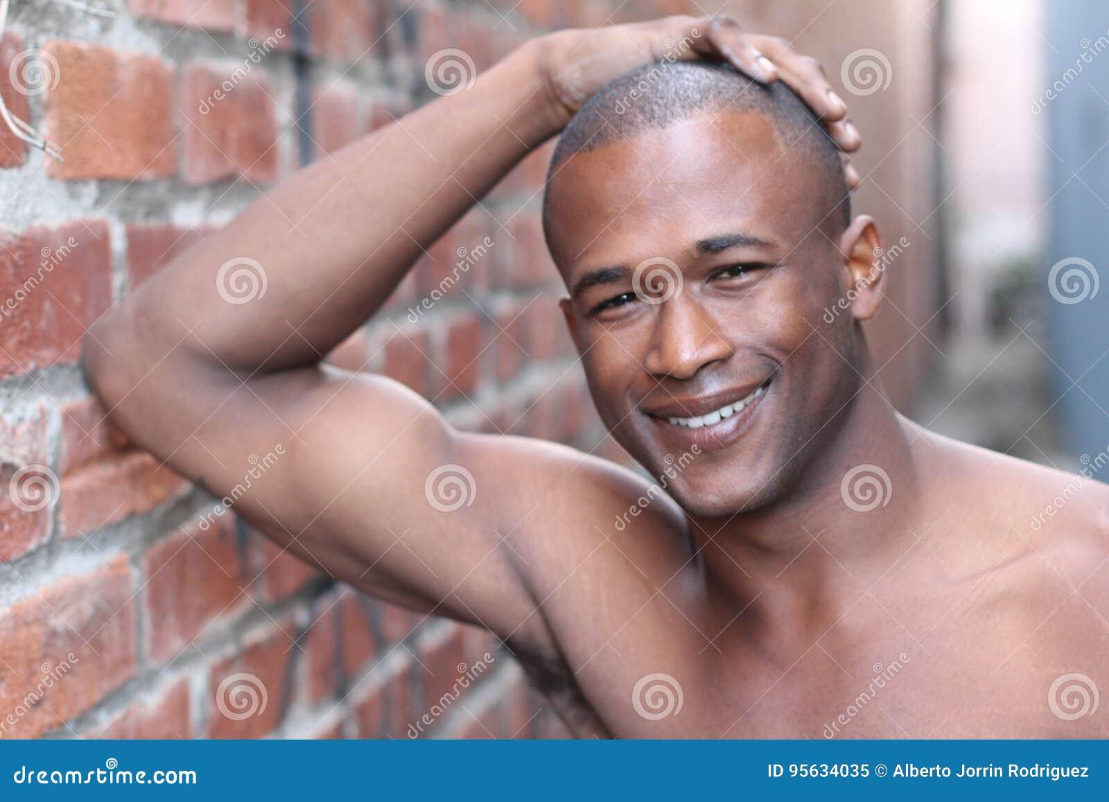 Homme africain sans chemise avec le sourire blanc parfait