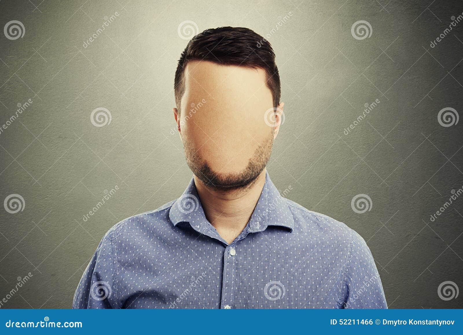 Homme anonyme avec le visage vide