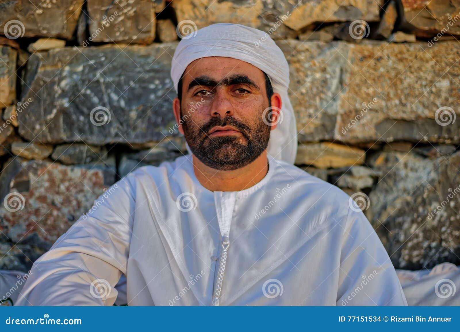 Homme arabe dans la robe traditionnelle