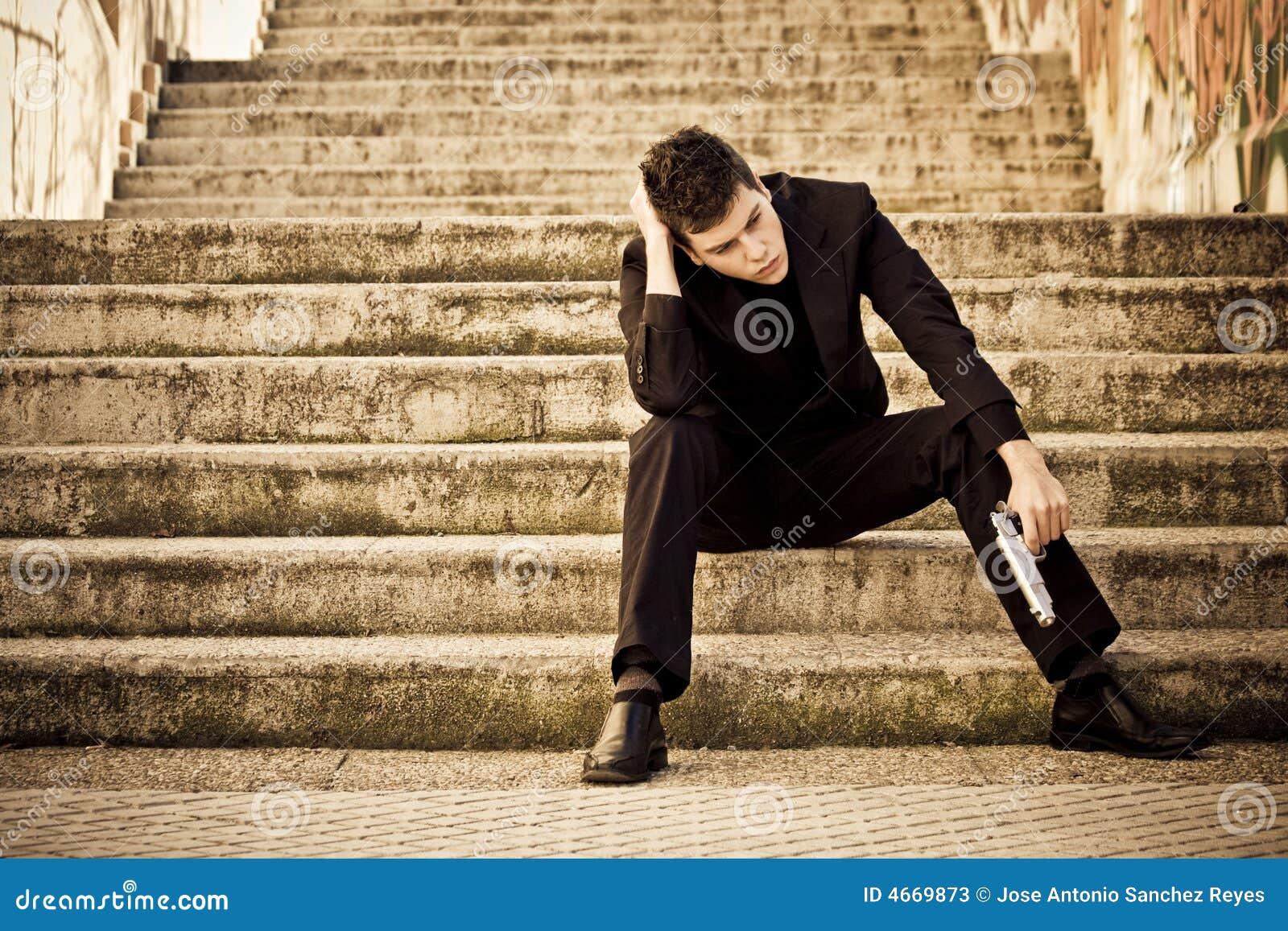 Homme armé dans des escaliers