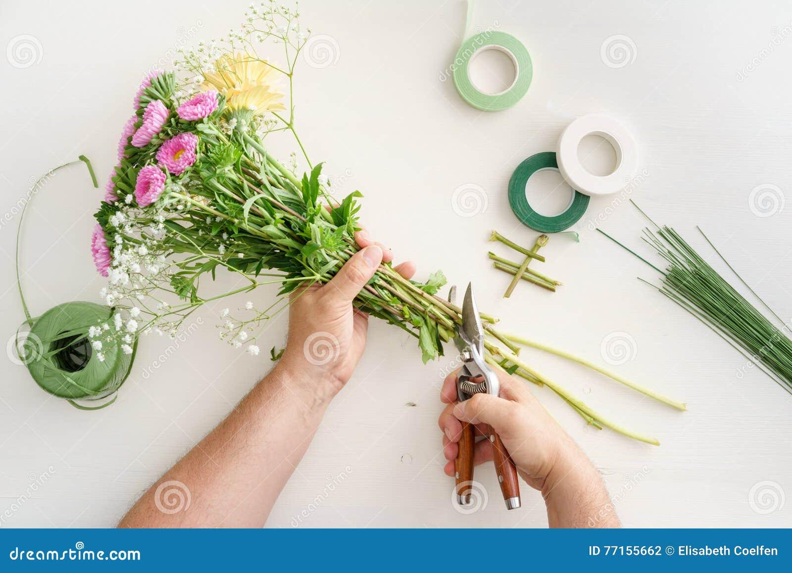 Homme arrangeant des fleurs