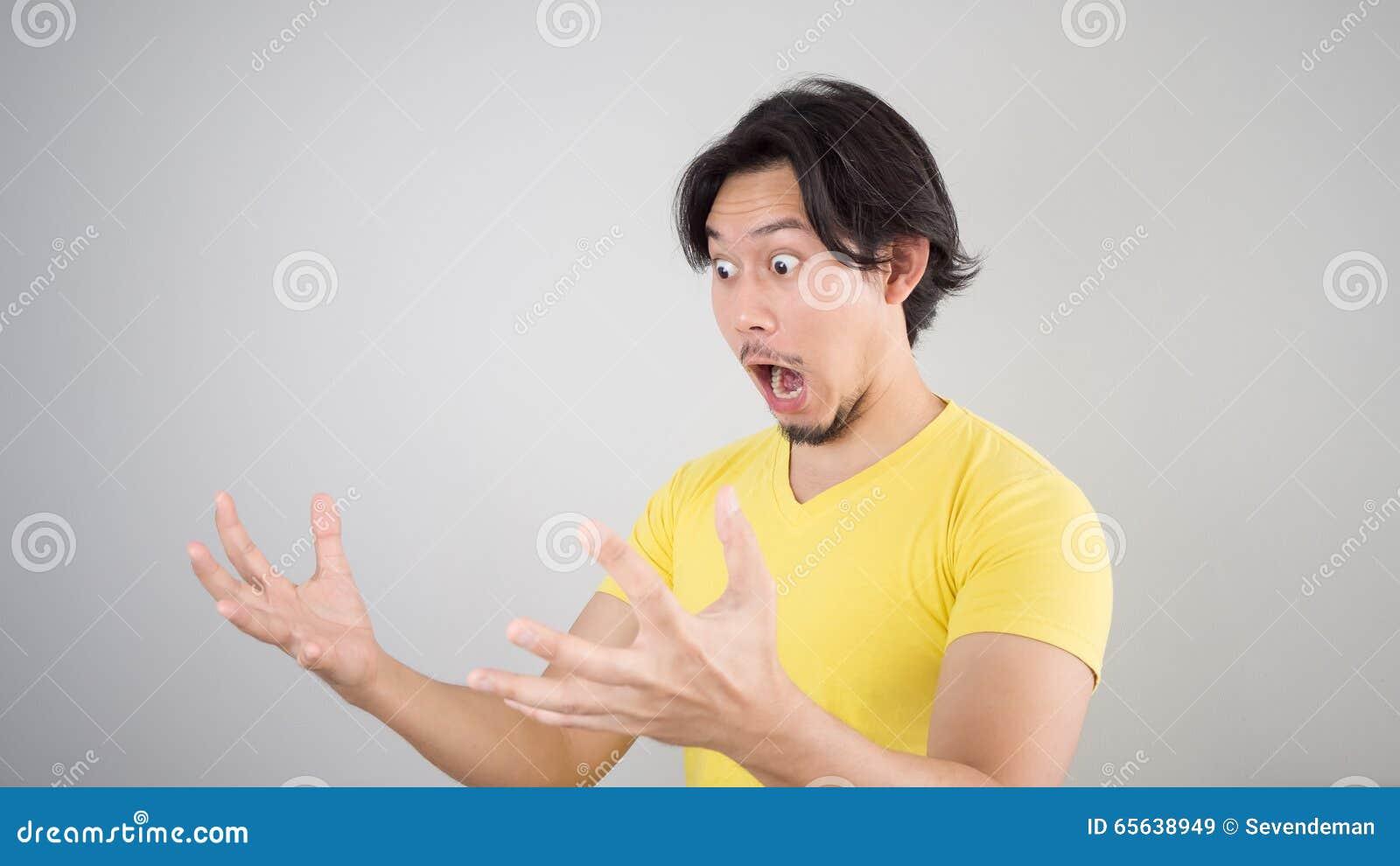 Homme asiatique choqué