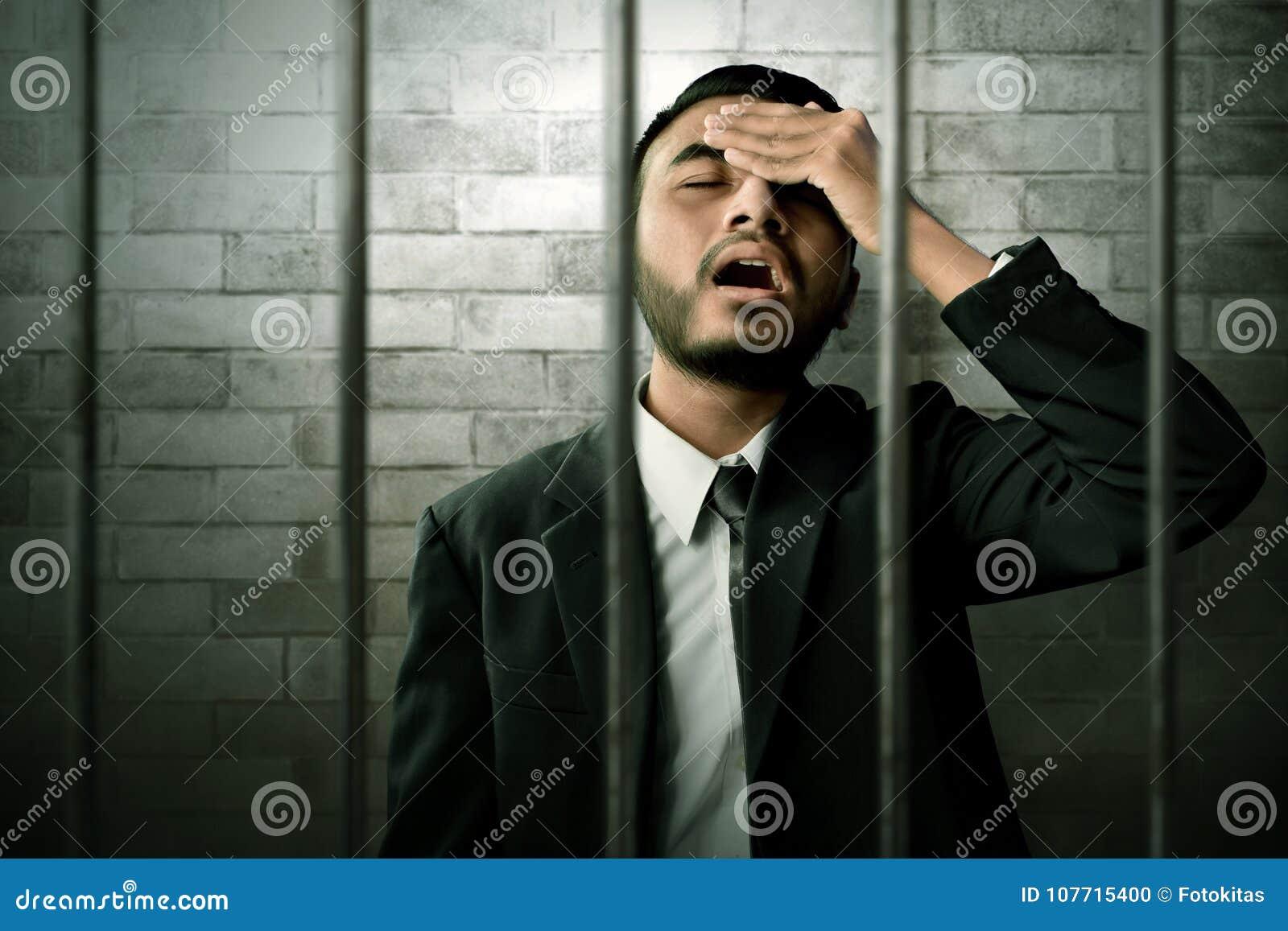 Homme asiatique d affaires en prison
