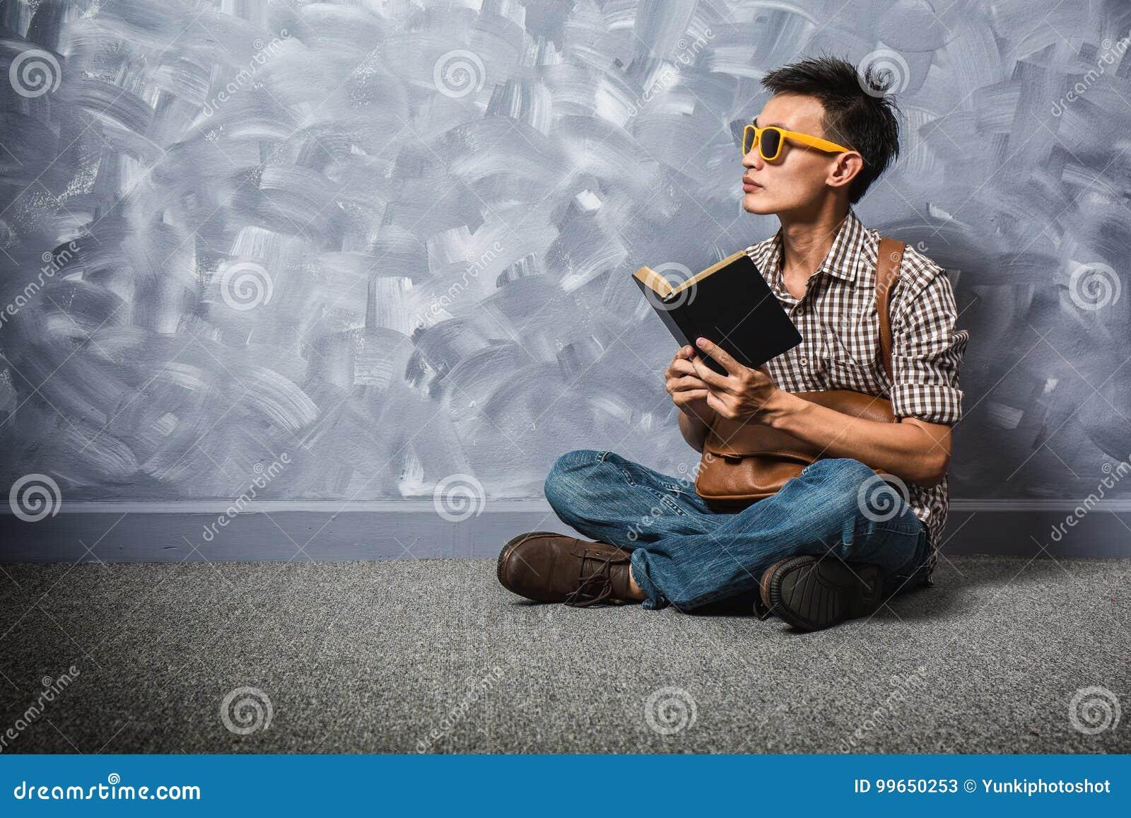 Homme asiatique de hippie lisant un livre, vintage