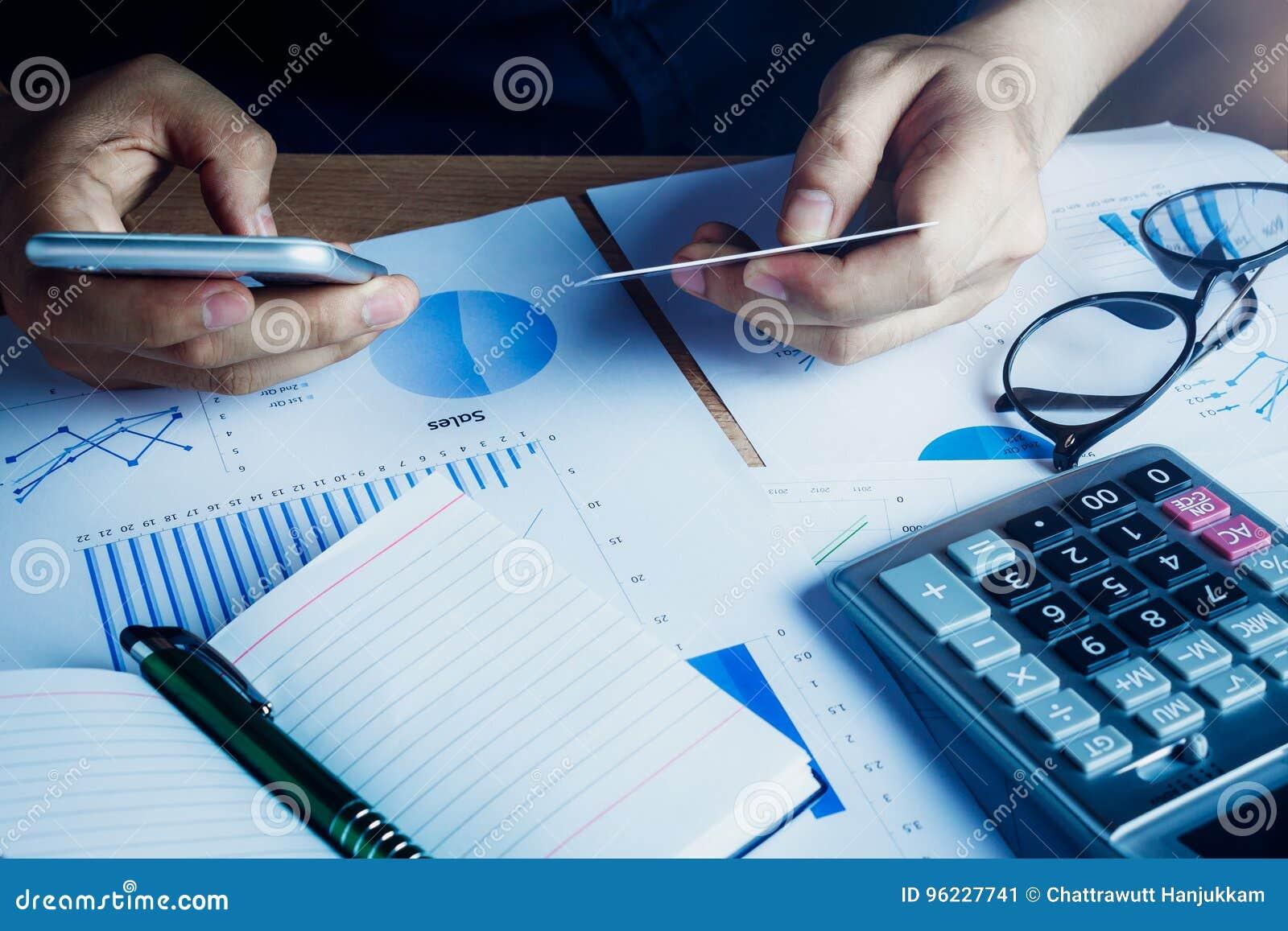 Homme asiatique de main employant le téléphone portable et le crédit pour le commerce électronique en ligne sur le siège social