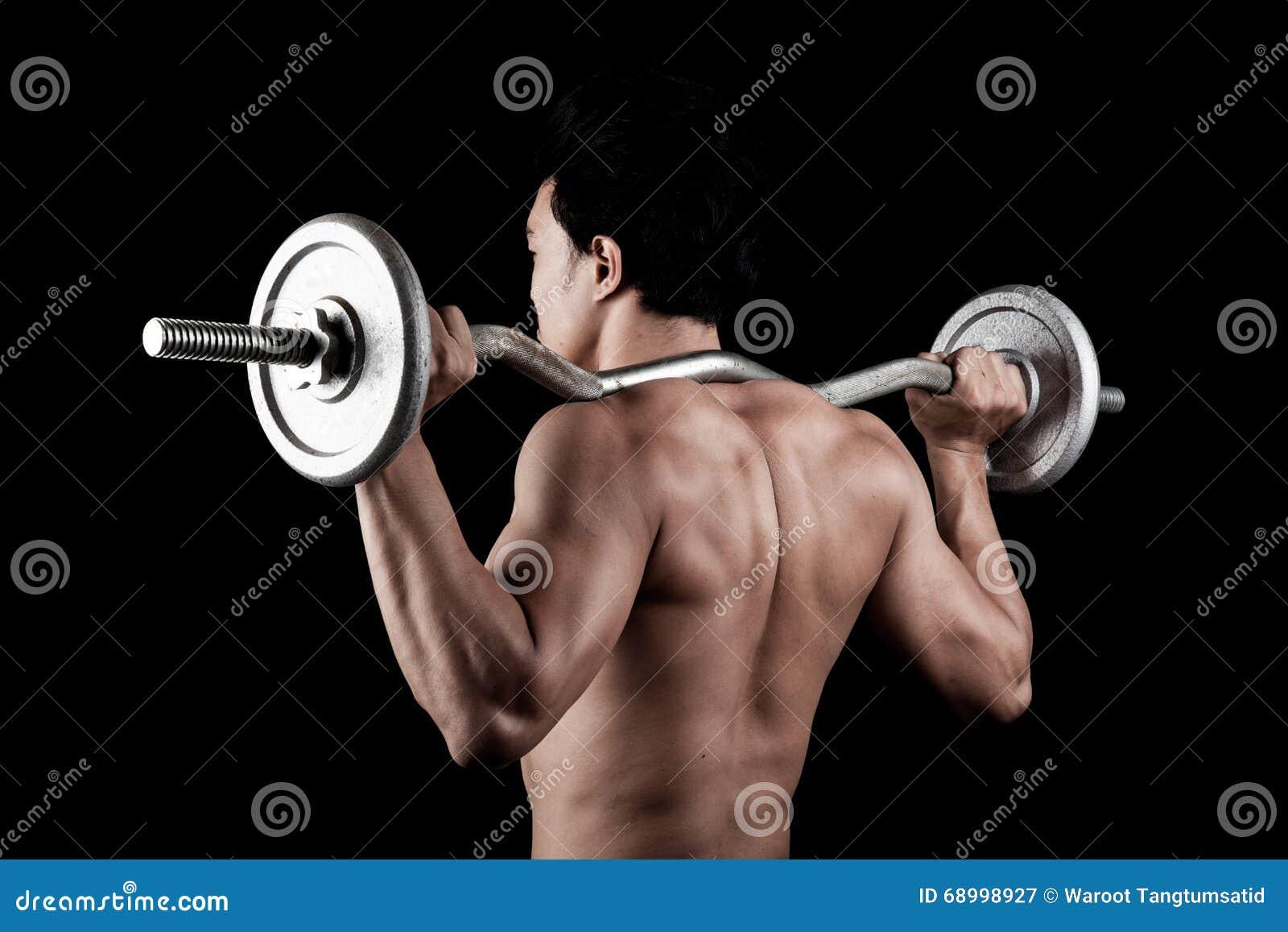 Homme asiatique musculaire avec le barbell