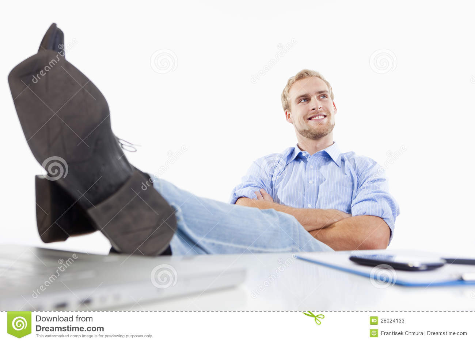 Homme au bureau avec des pieds sur le bureau image stock image