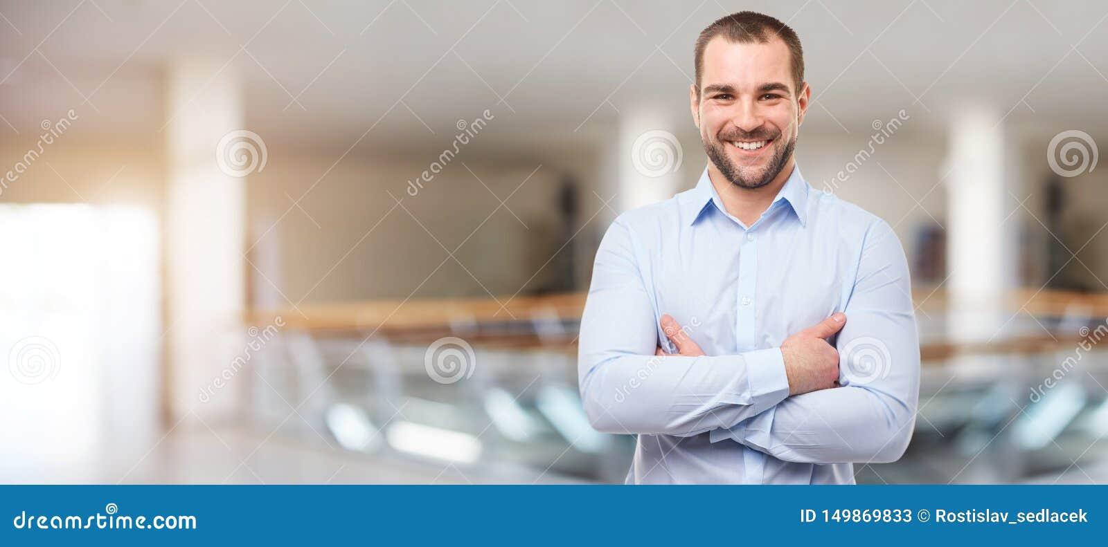 Homme au centre d affaires avec les bras croisés
