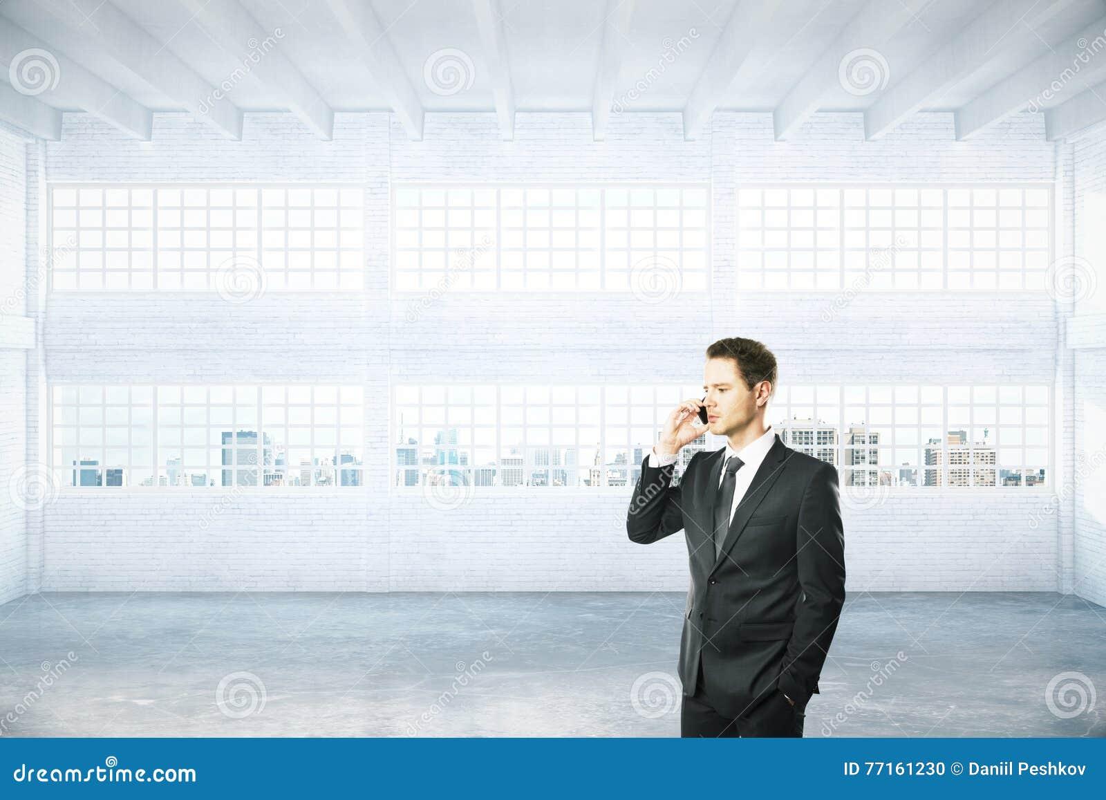 Homme au téléphone dans le hangar