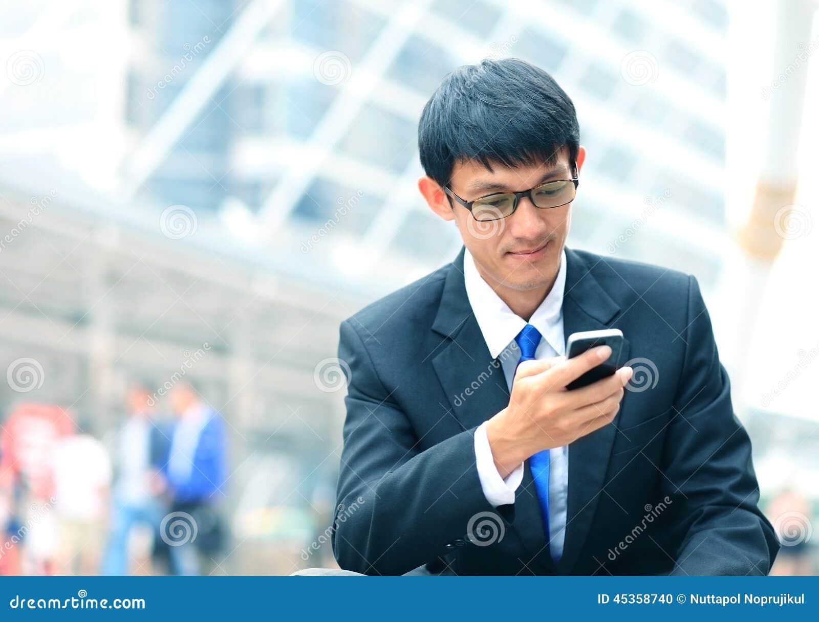 Homme au téléphone intelligent - jeune homme d affaires Profession urbaine occasionnelle