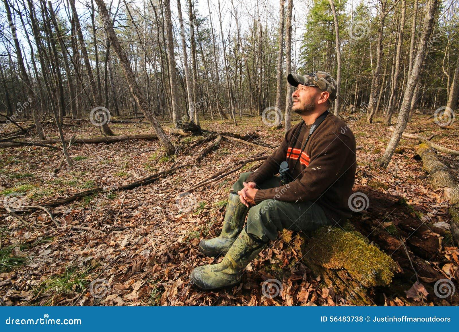 Homme augmentant dehors la région sauvage