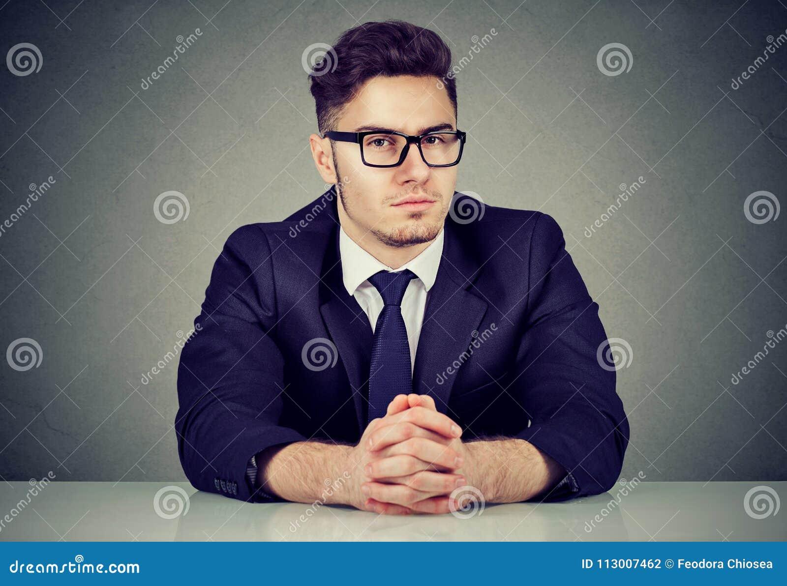 Homme autoritaire sûr à la table
