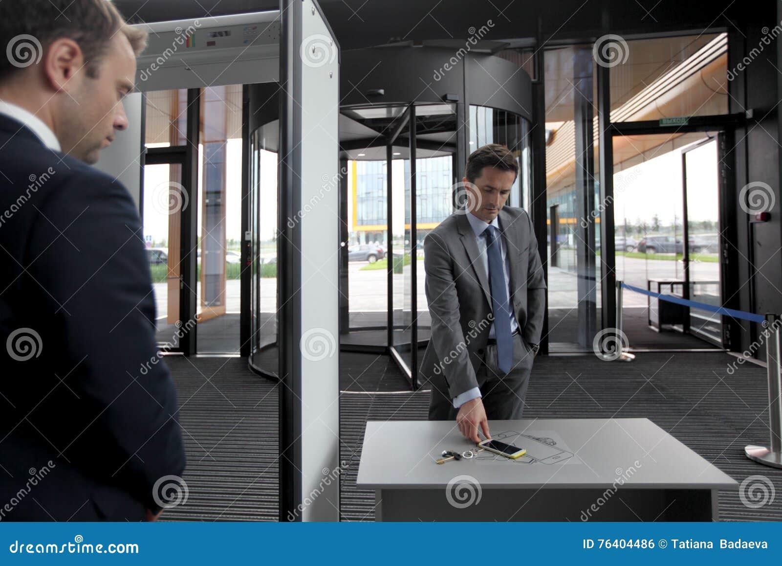 Homme aux portes de sécurité