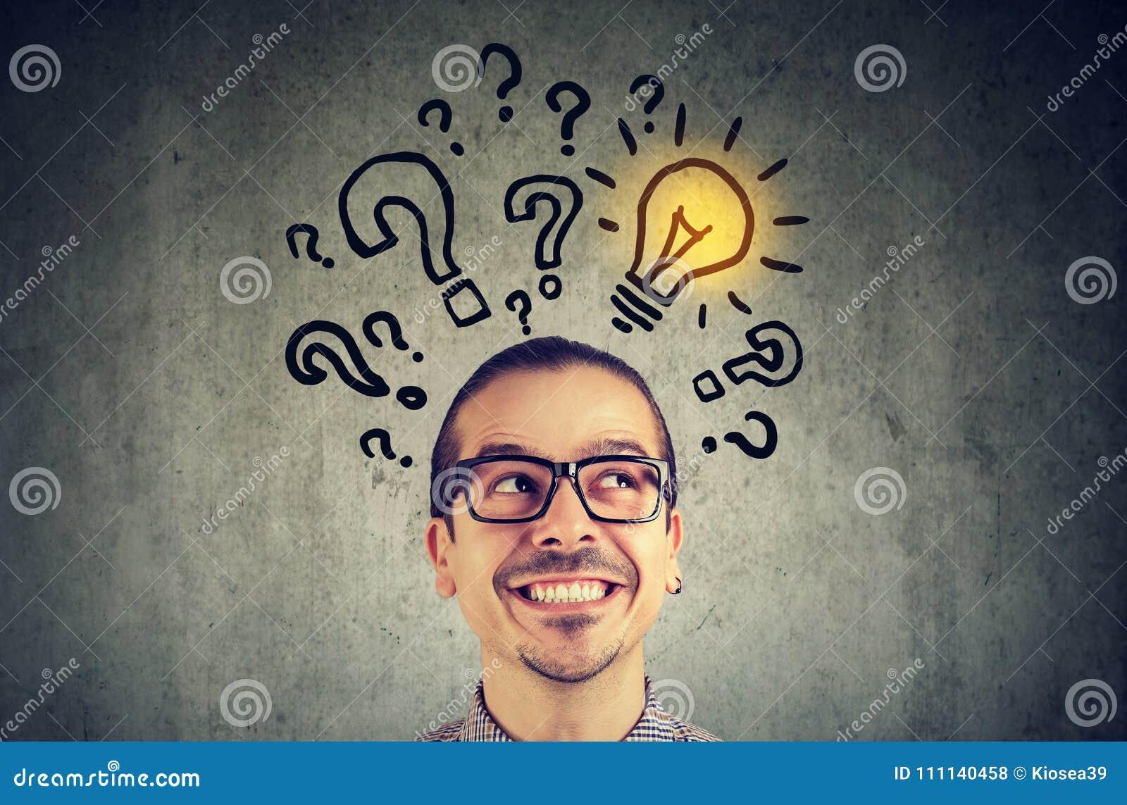 Homme avec beaucoup de questions et ampoule de solution au-dessus de tête