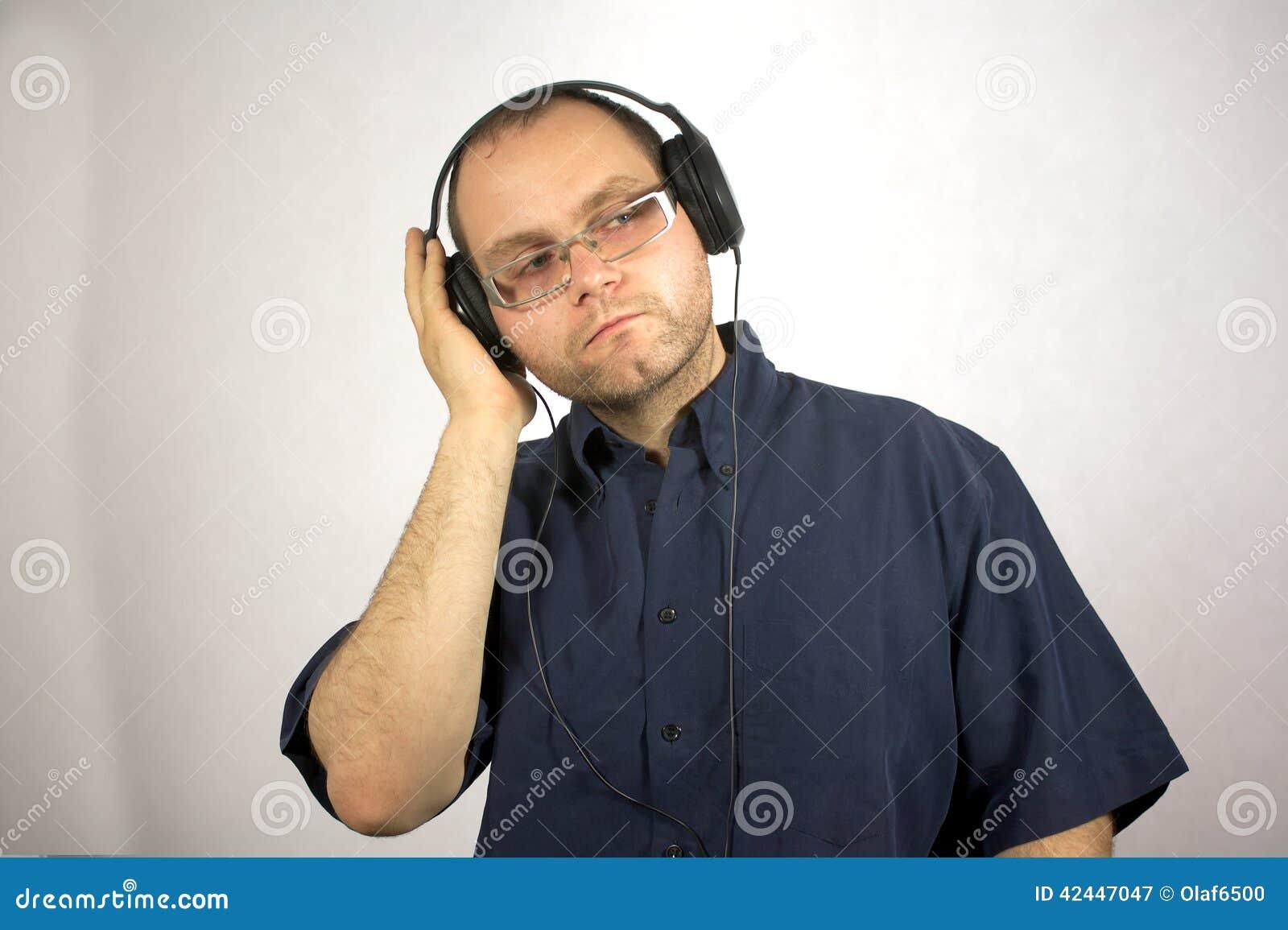 Homme avec des écouteurs