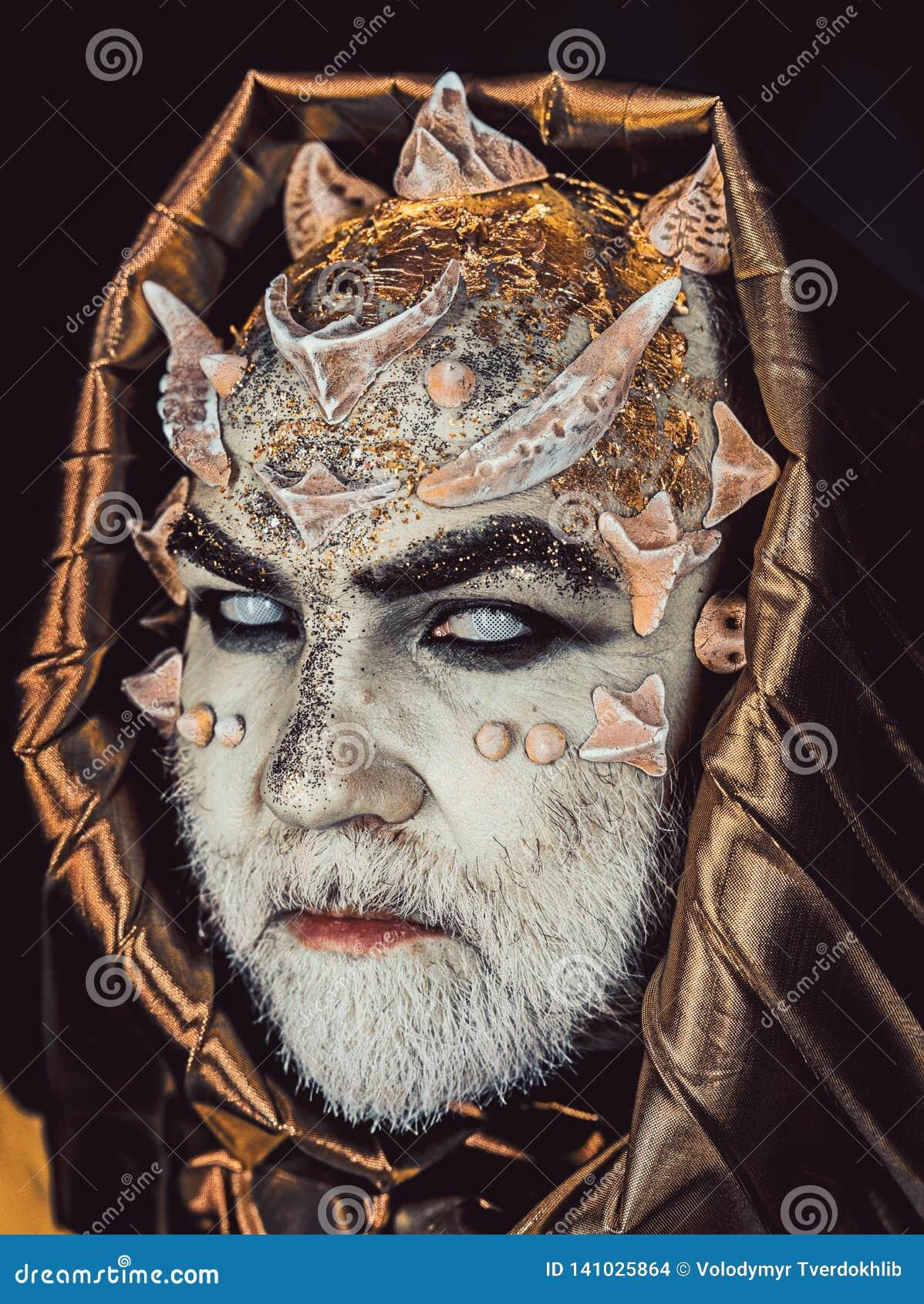 Homme avec des épines ou des verrues, visage couvert de scintillements L homme supérieur avec la barbe blanche s est habillé comm