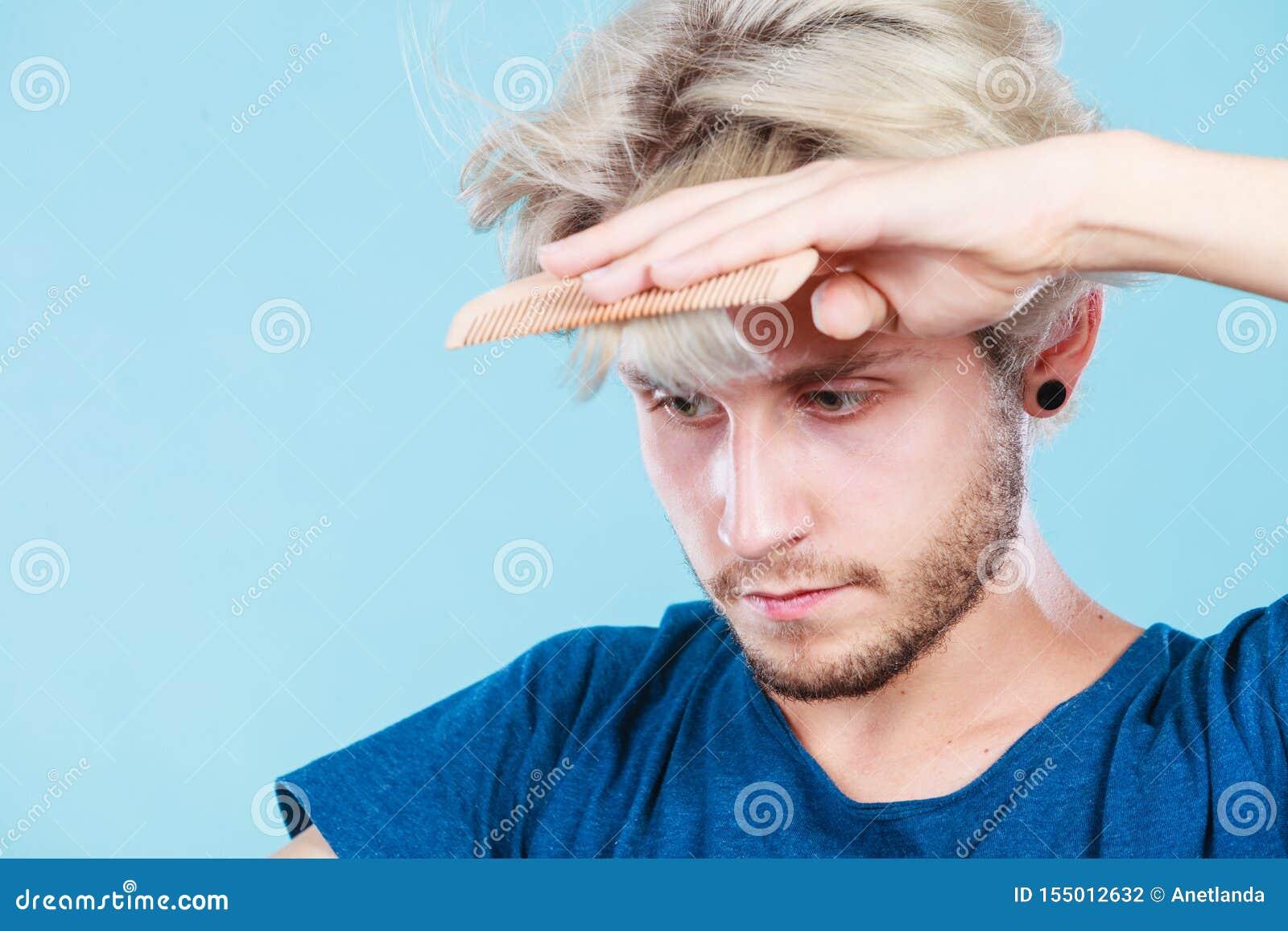 Homme avec des ciseaux et peigne cr?ant la nouvelle coiffure