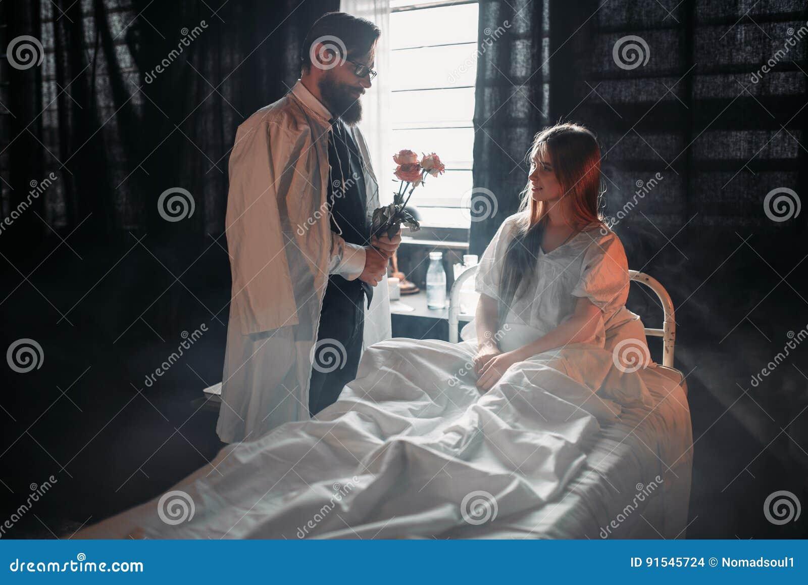 Homme Avec Des Fleurs Contre La Femme Malade Dans Le Lit D Hopital