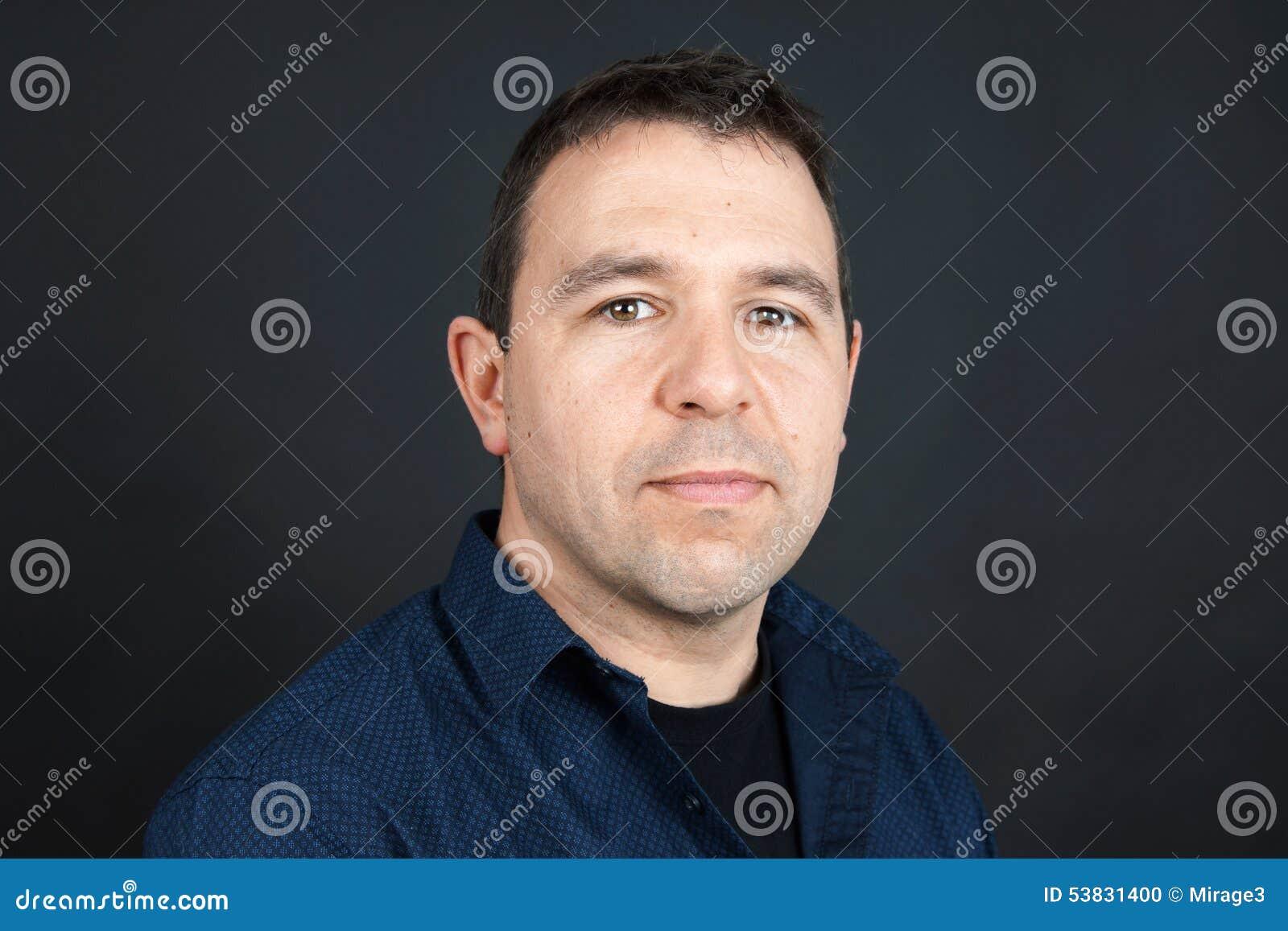 Homme avec l expression neutre