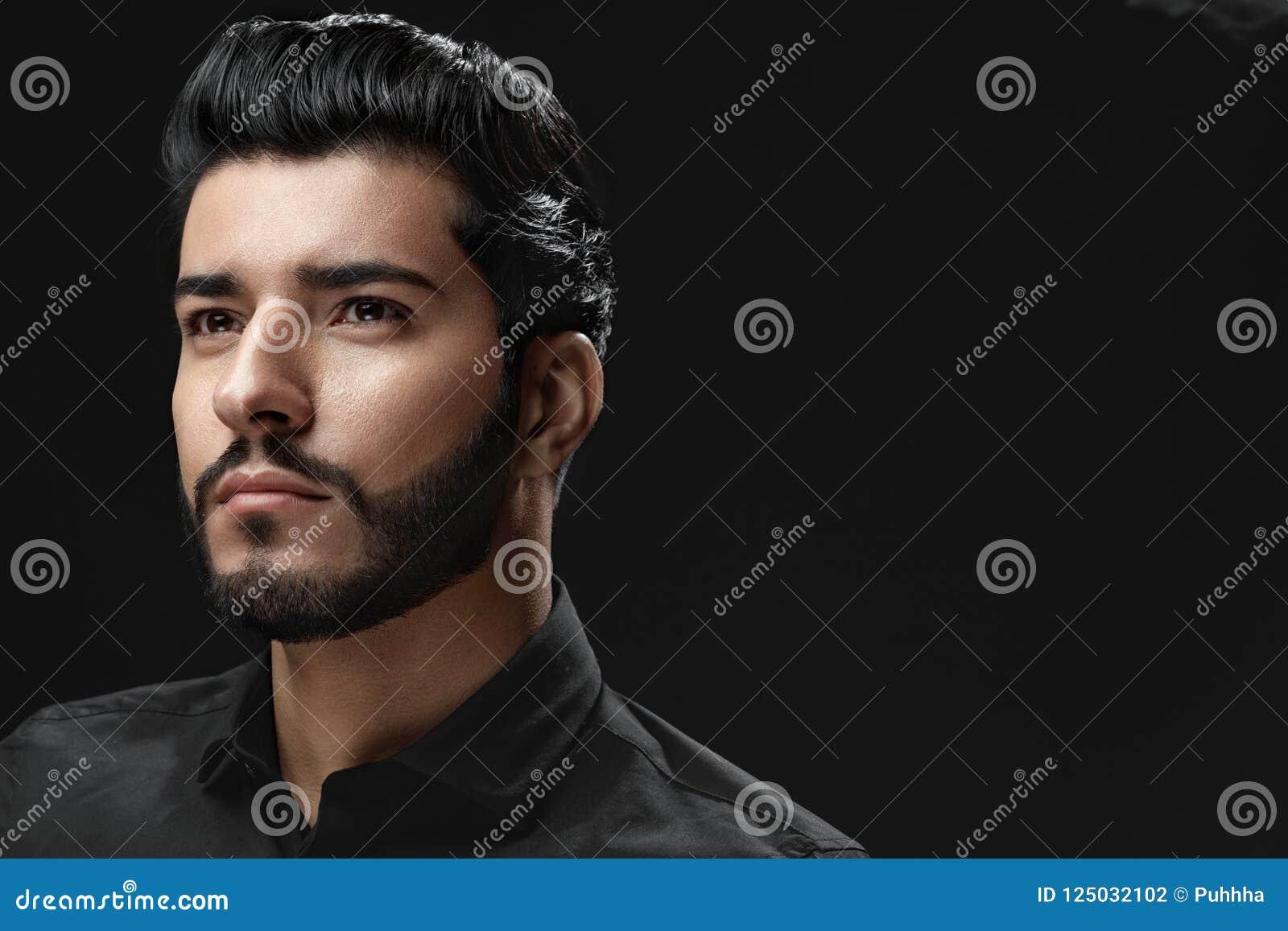 Homme avec la coiffure, la barbe et le portrait de mode de visage de beauté