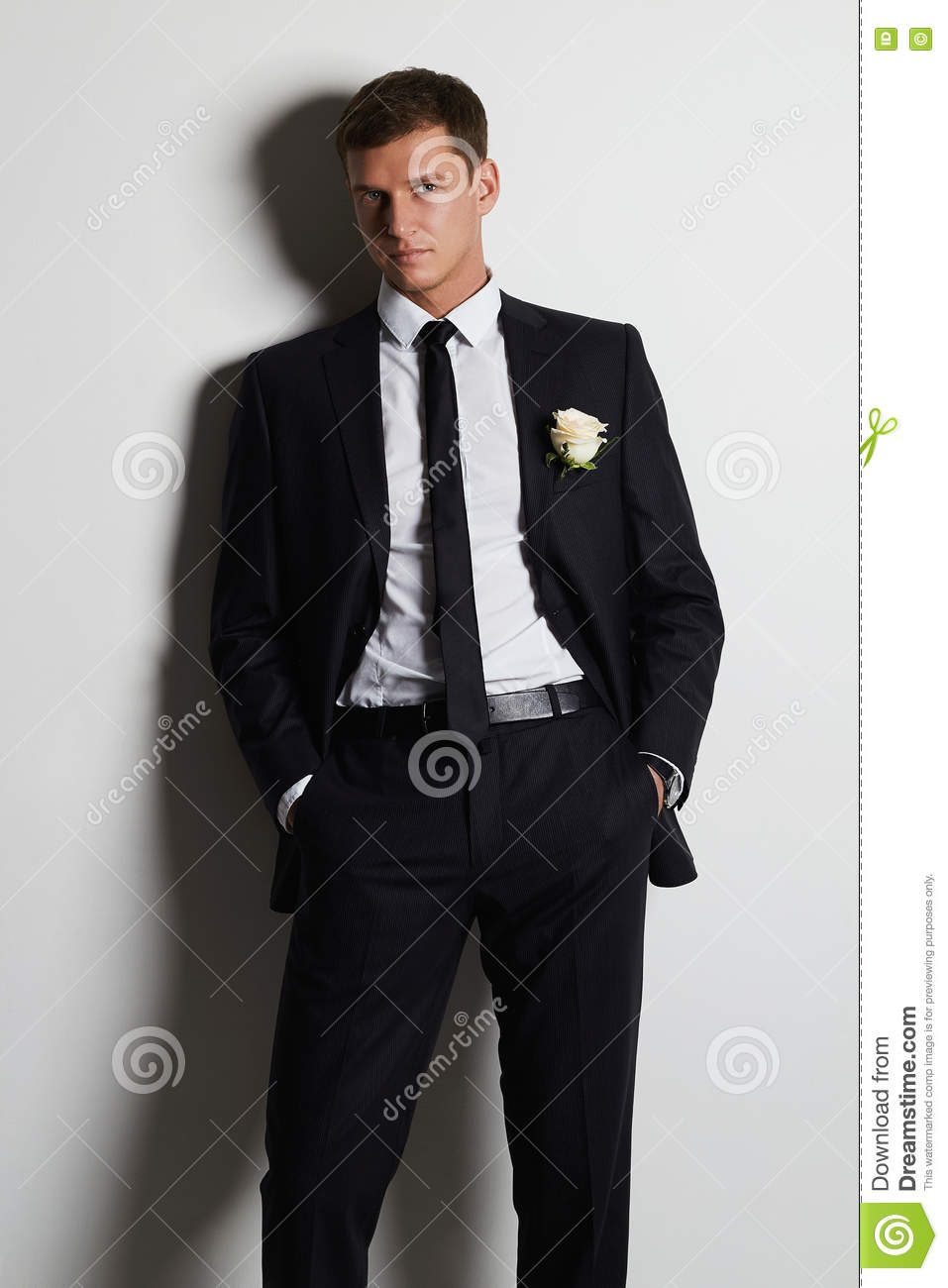 homme avec la fleur homme de mari de jeunes dans le costume photo stock image 70745515. Black Bedroom Furniture Sets. Home Design Ideas