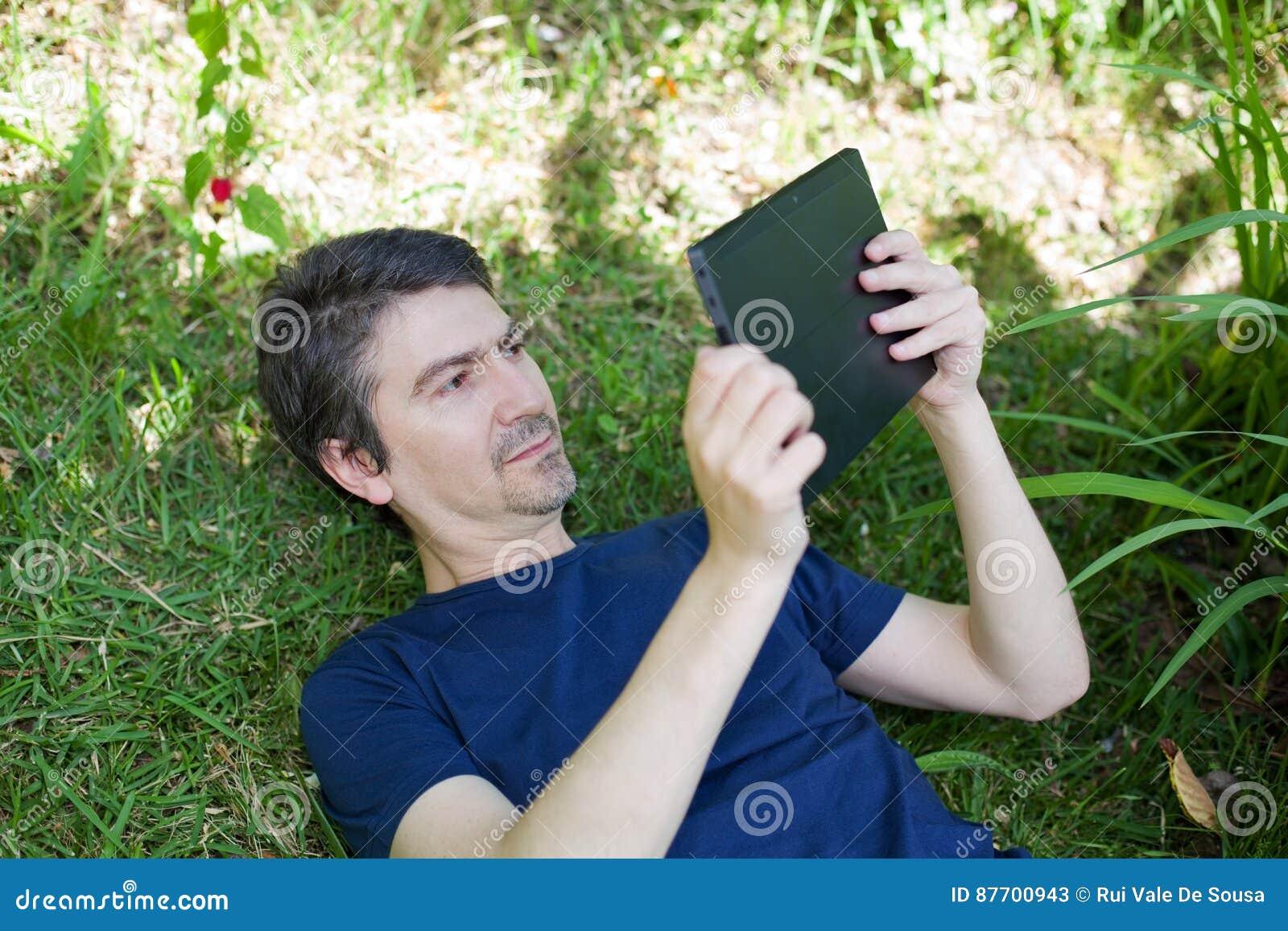 Homme avec la tablette