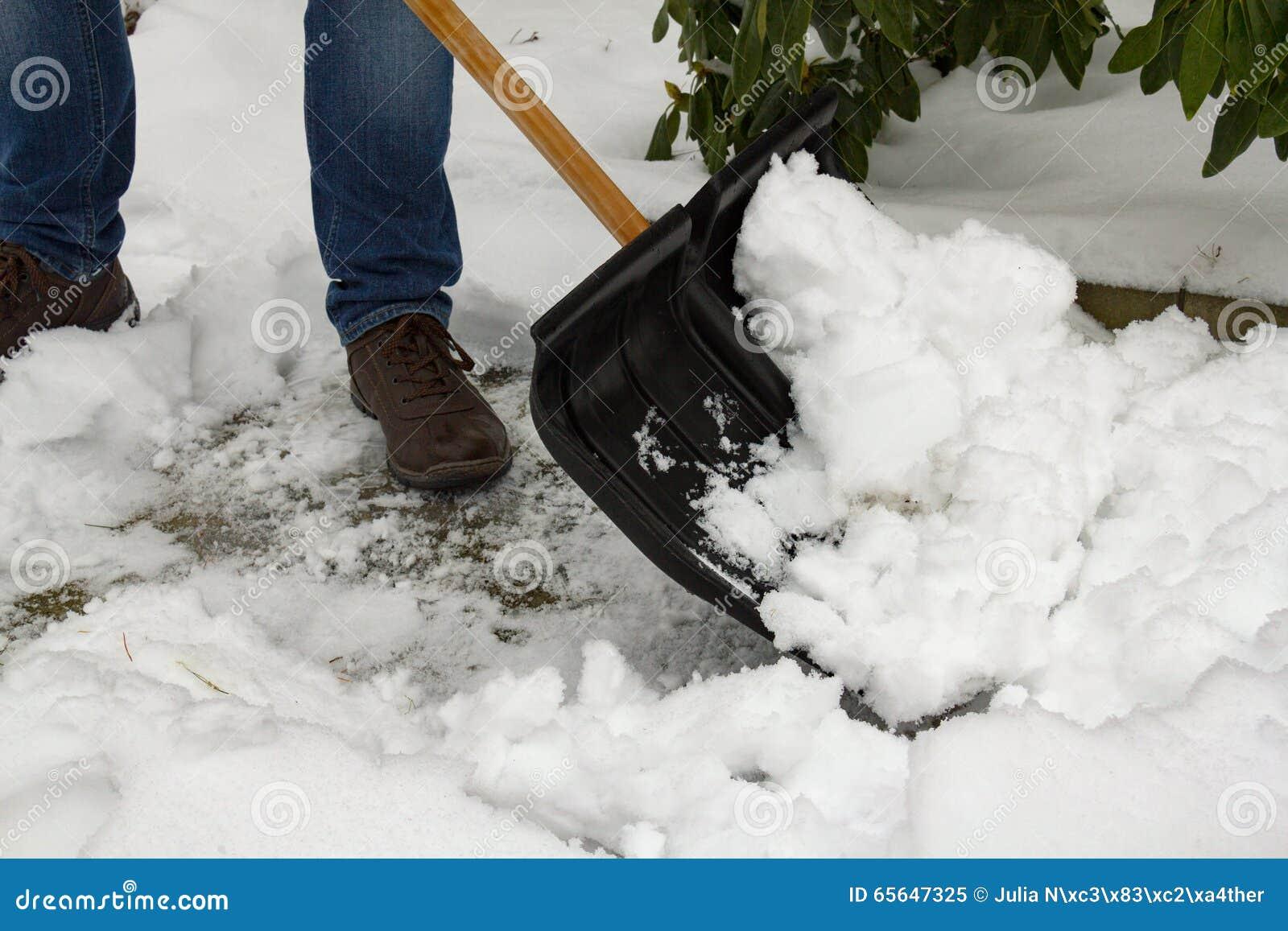 Homme avec le chasse-neige