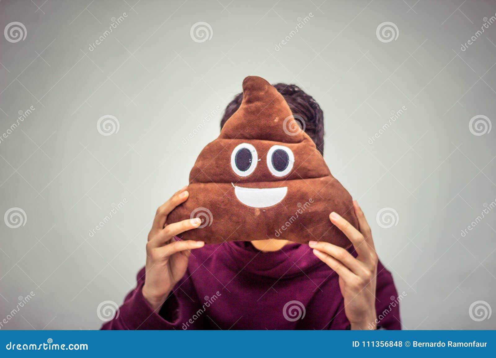 Homme avec le coussin d emoji de dunette