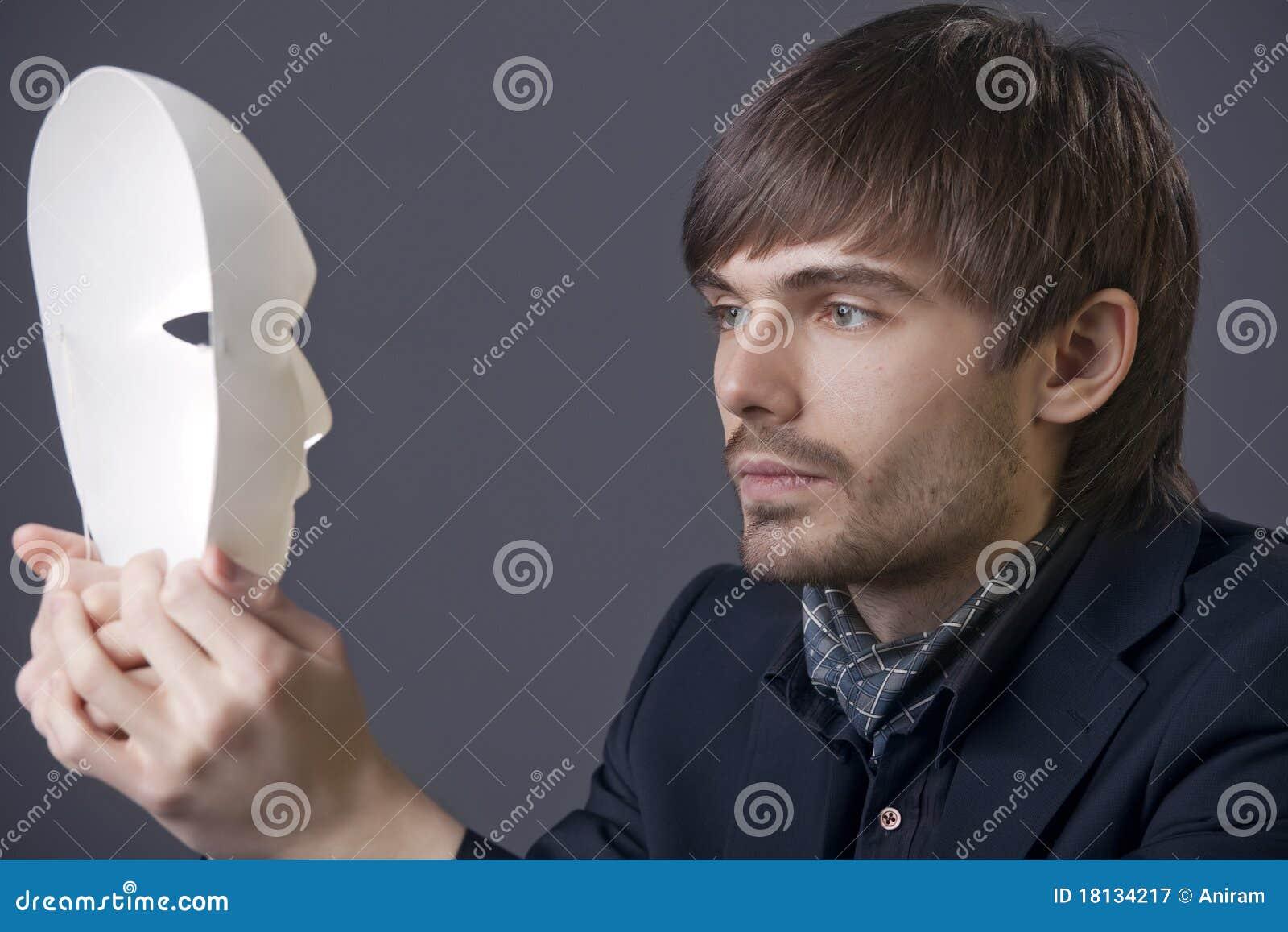 Homme avec le masque de théâtre