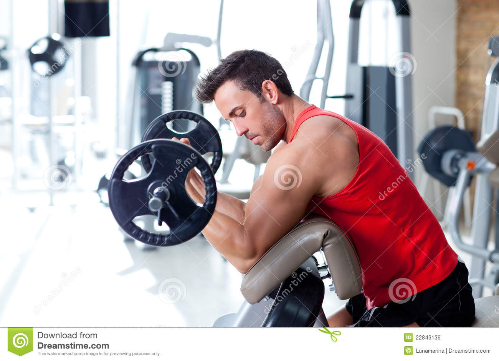 Homme avec le matériel de formation de poids sur la gymnastique de sport