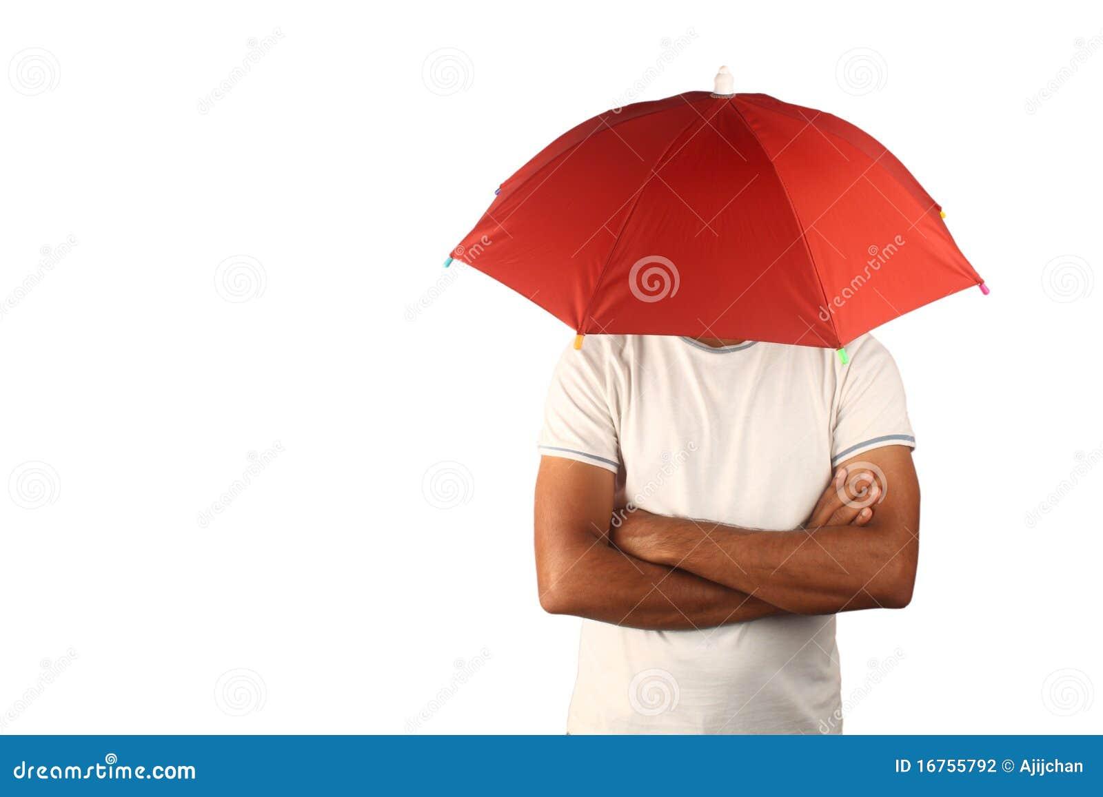 Homme avec le parapluie fixe