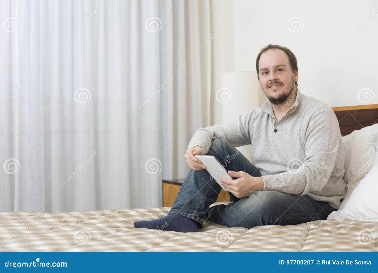 Homme avec le PC de tablette