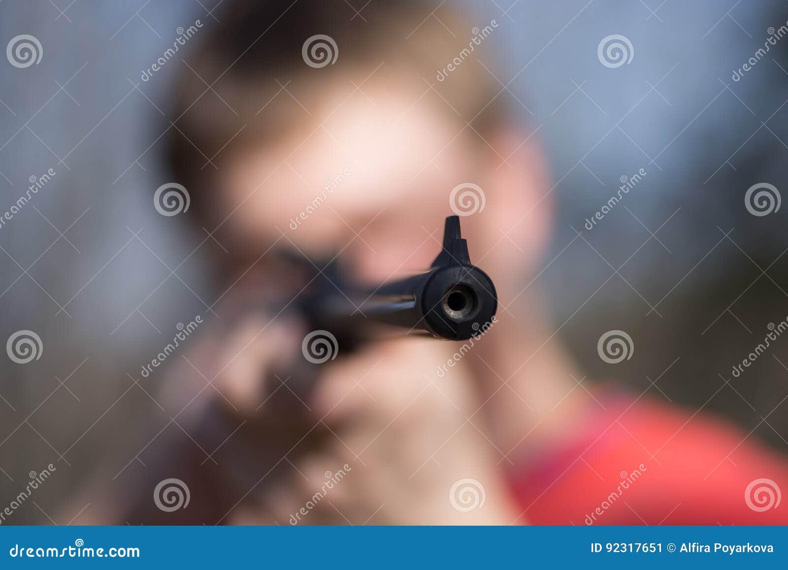 Homme avec le pistolet pneumatique