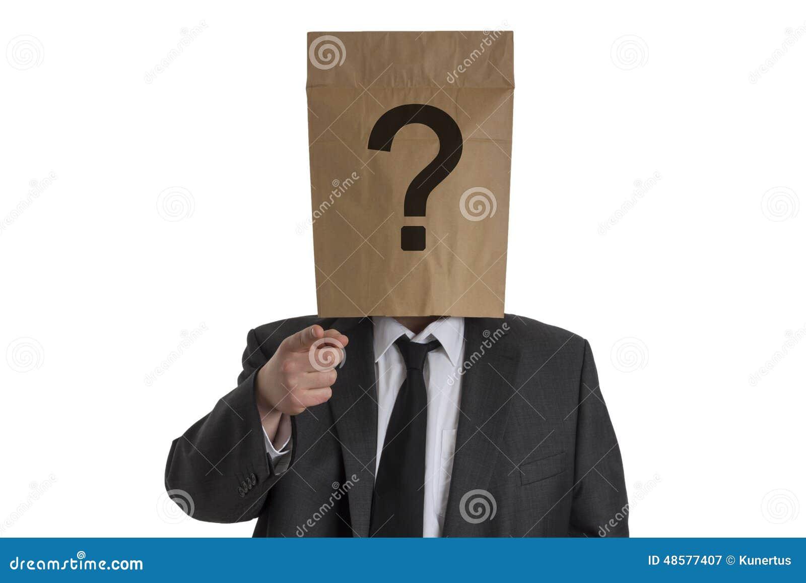 Homme avec le sac de papier avec le point dinterrogation sur son