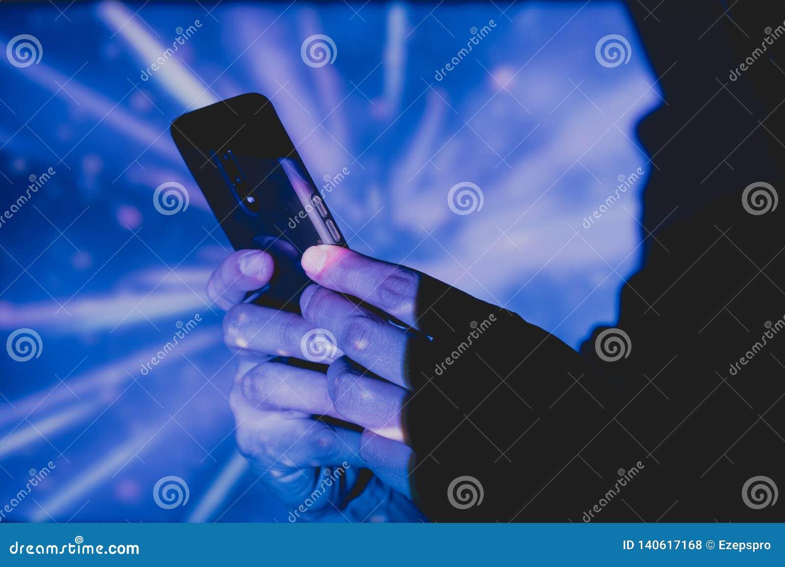 Homme avec le téléphone intelligent dans des mains