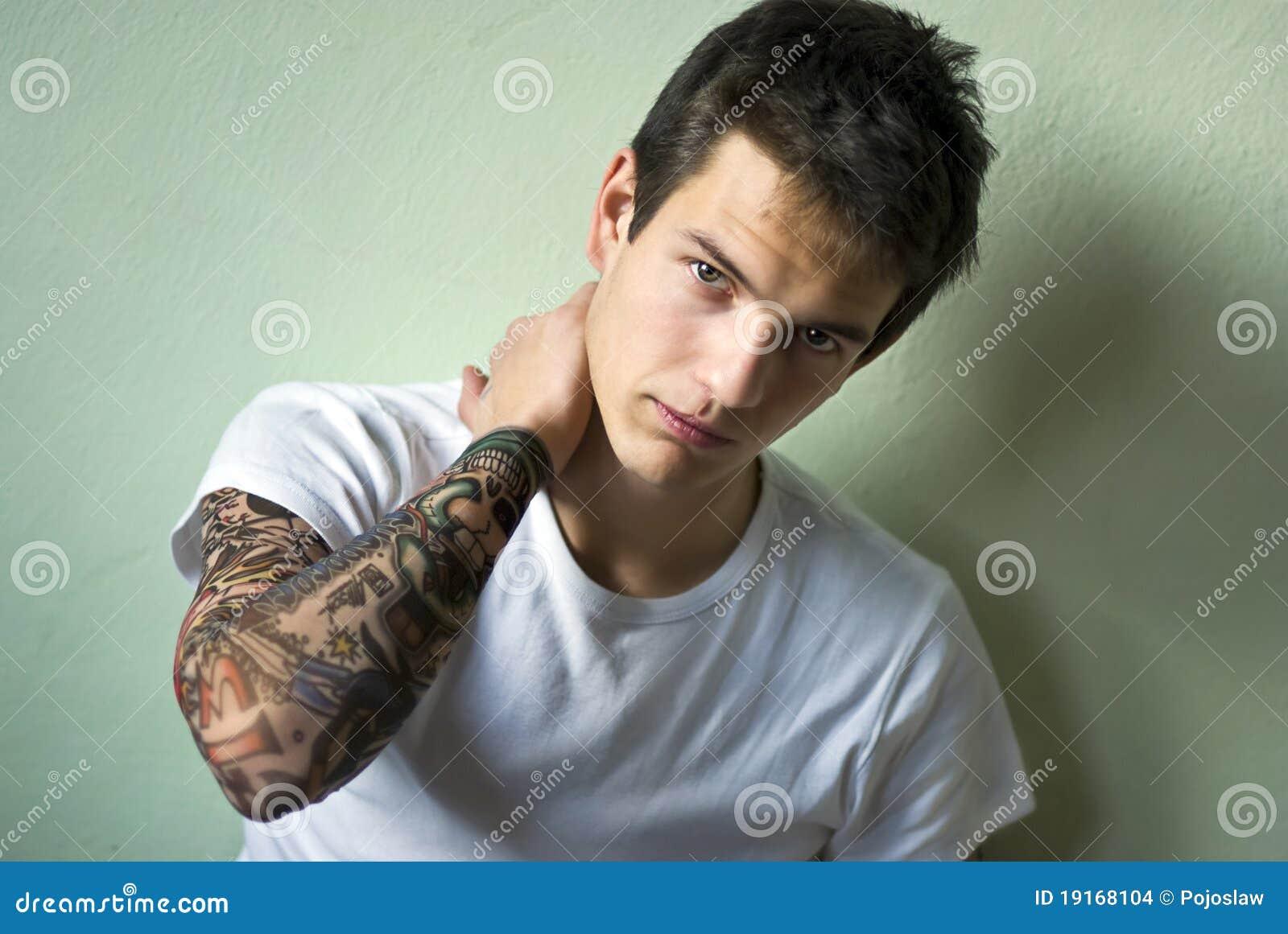 example de tatouage sur le coup pour mec