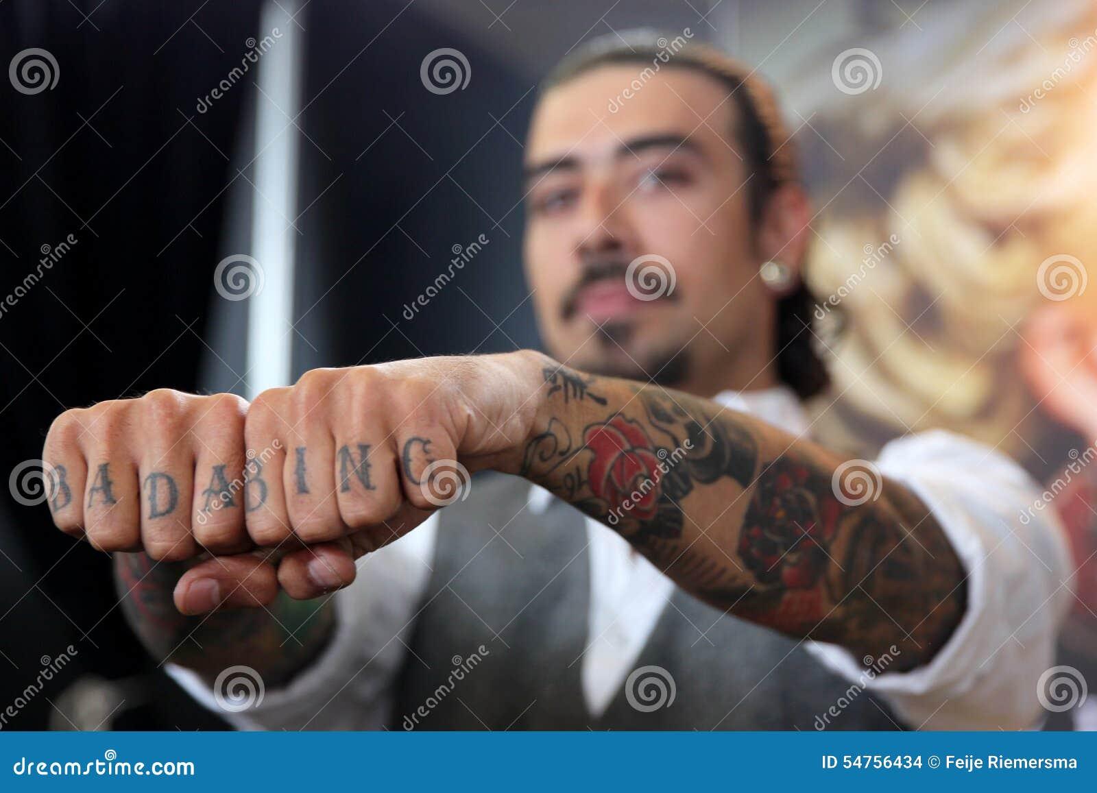 homme avec le tatouage sur des doigts image stock. Black Bedroom Furniture Sets. Home Design Ideas