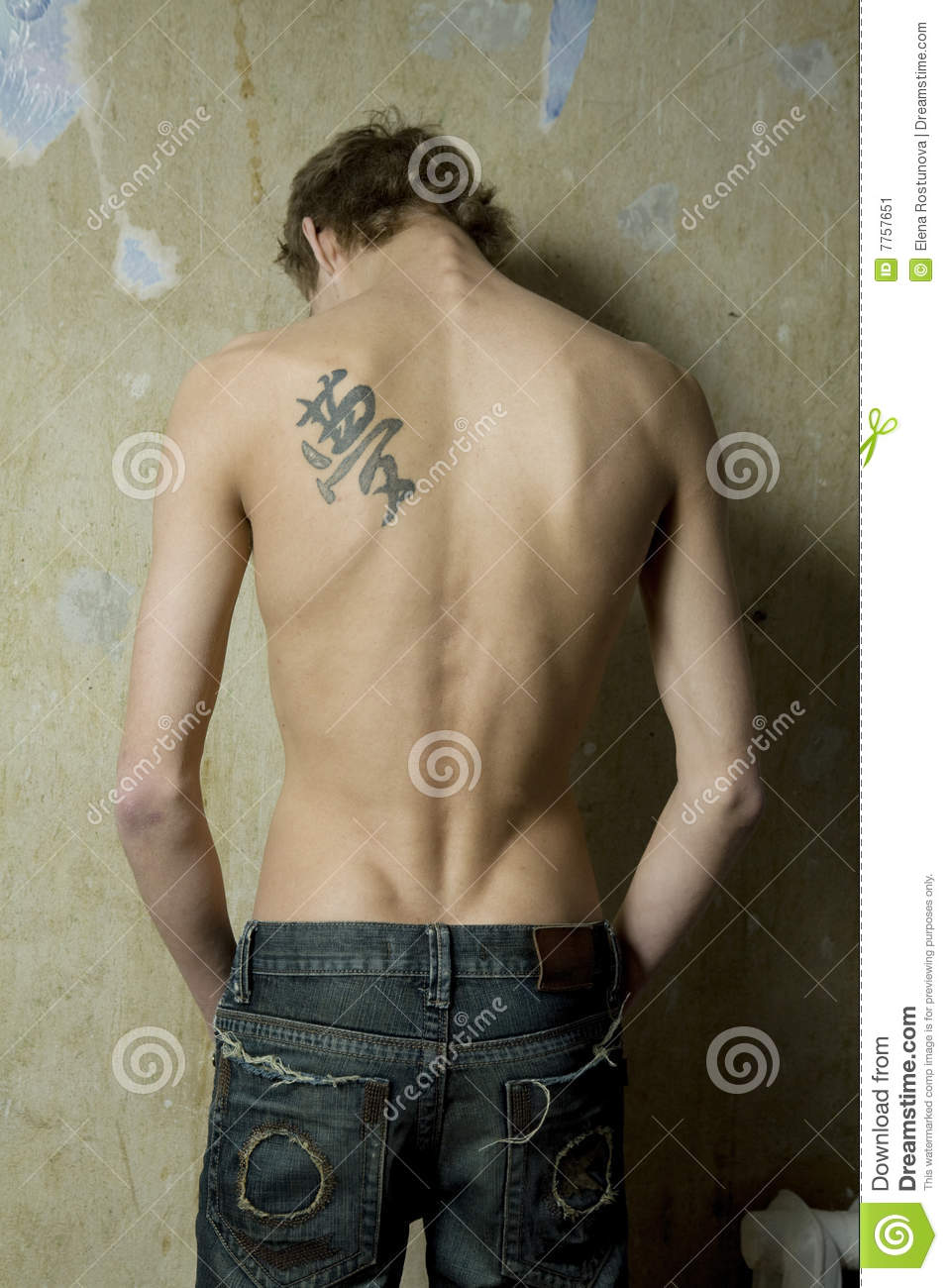 homme avec le tatouage sur le dos image stock image du. Black Bedroom Furniture Sets. Home Design Ideas