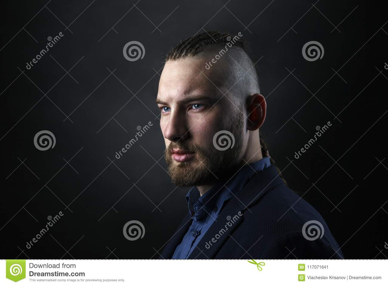 homme avec les dreadlocks ressembler un viking coupe de cheveux iroquois image stock image. Black Bedroom Furniture Sets. Home Design Ideas