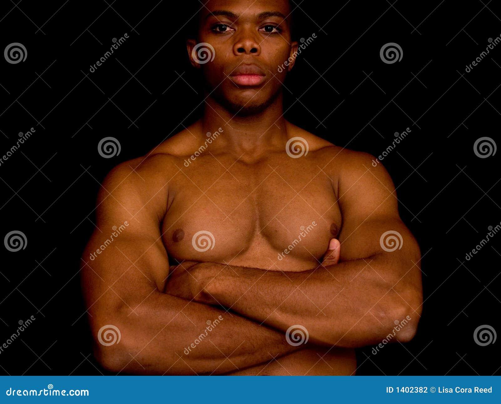 Homme avec ses bras crosed