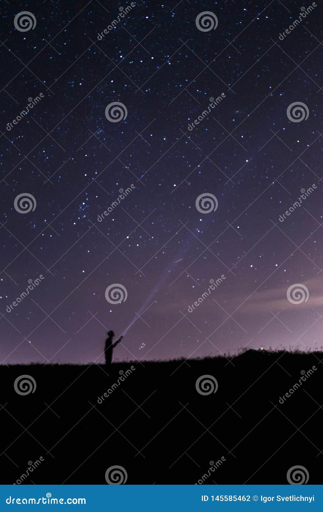 Homme avec une lanterne sous un ciel nocturne ?toil?