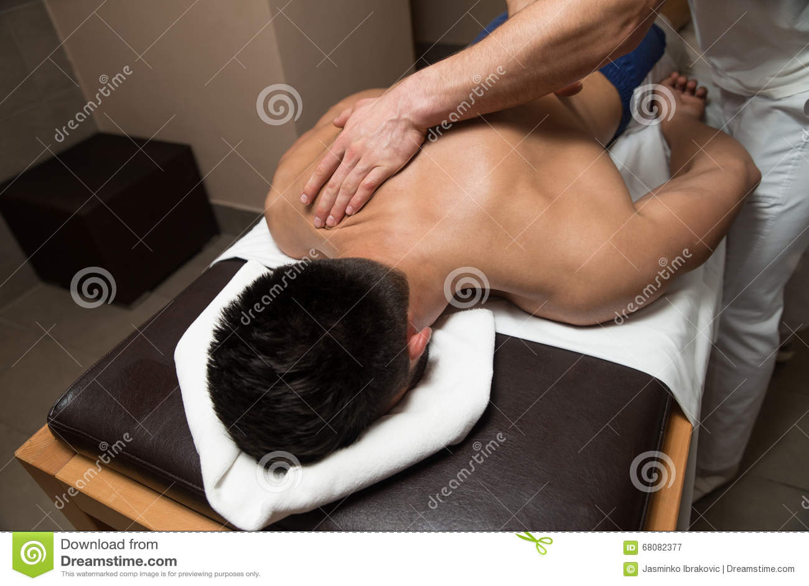 Homme ayant le massage arrière à un centre de station thermale