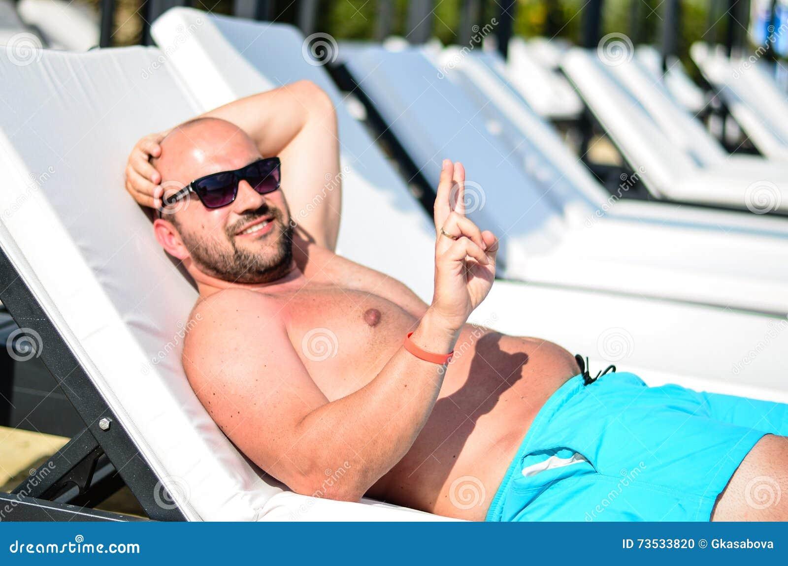 Homme barbu à la plage