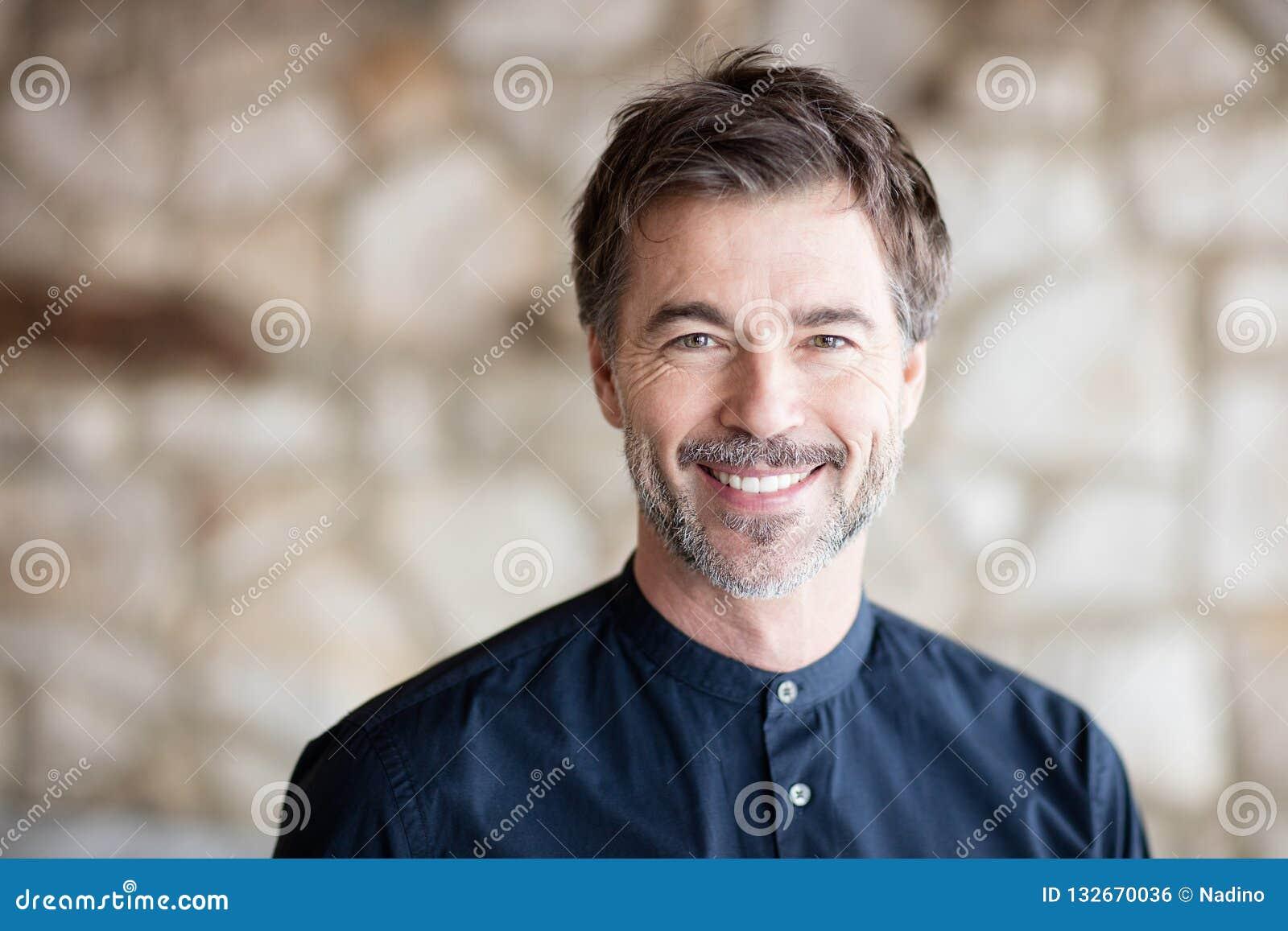 Homme barbu de sourire